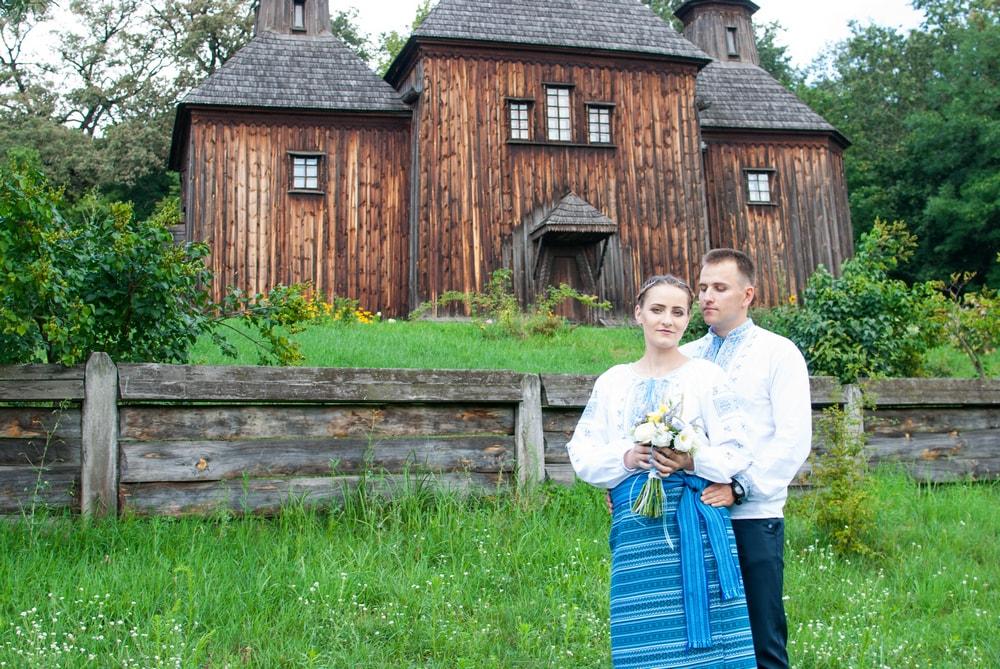 Фотосессия возле церкви