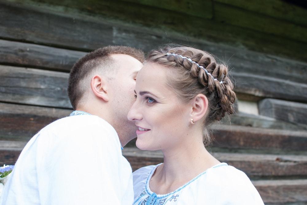 Жених шепчет невесте