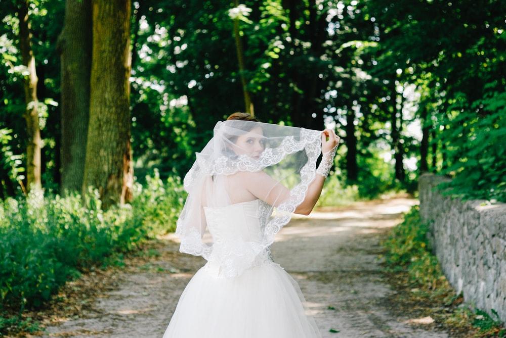 Застенчивая невеста на прогулке в парке - Фотограф Женя Лайт