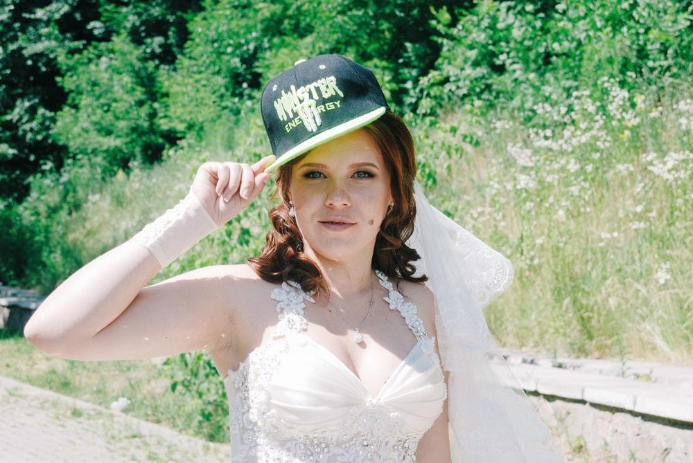Невеста в стильной бейсболке - Фотограф Женя Лайт