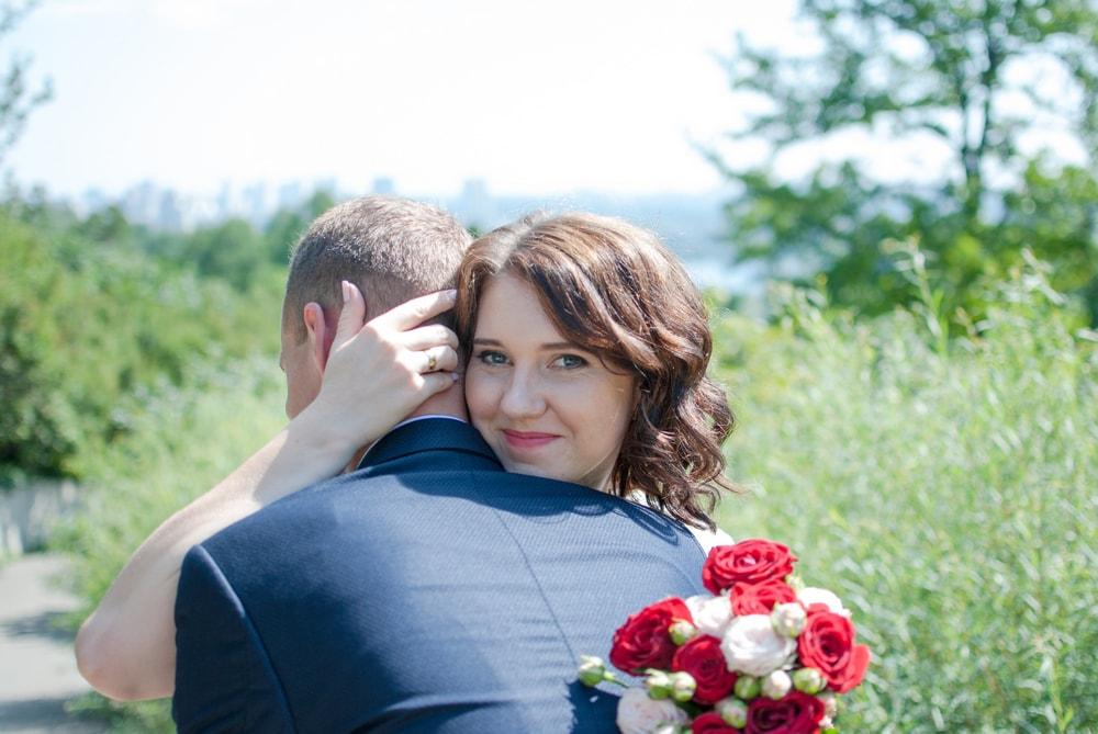 Обнимая жениха