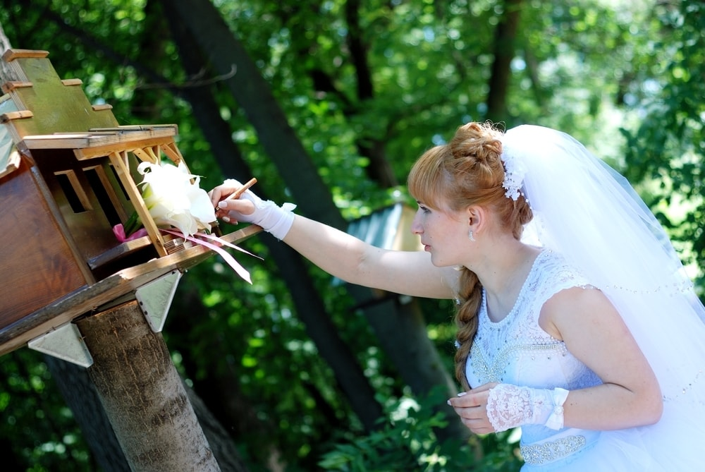 Невеста подписывает скворечник - Женя Лайт - Фотограф Киев