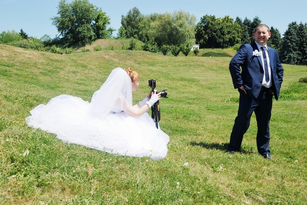 Невеста фотографирует жениха в парке - Женя Лайт - Фотограф Киев