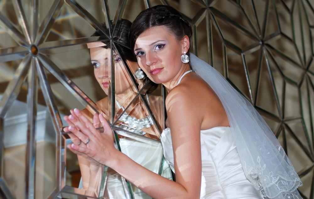 Невеста возле зеркала