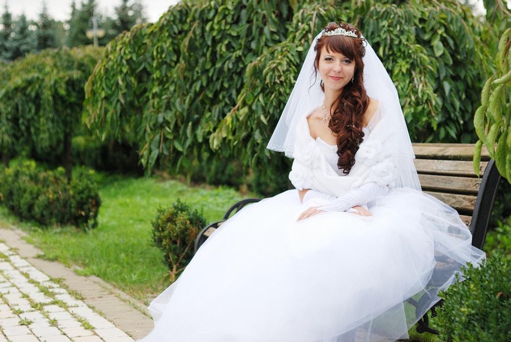 Фотограф и невеста в парке