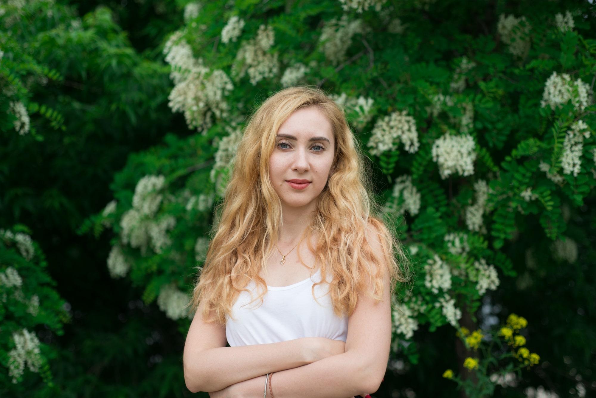 Девушка в цветущей акации - Фотограф Женя Лайт