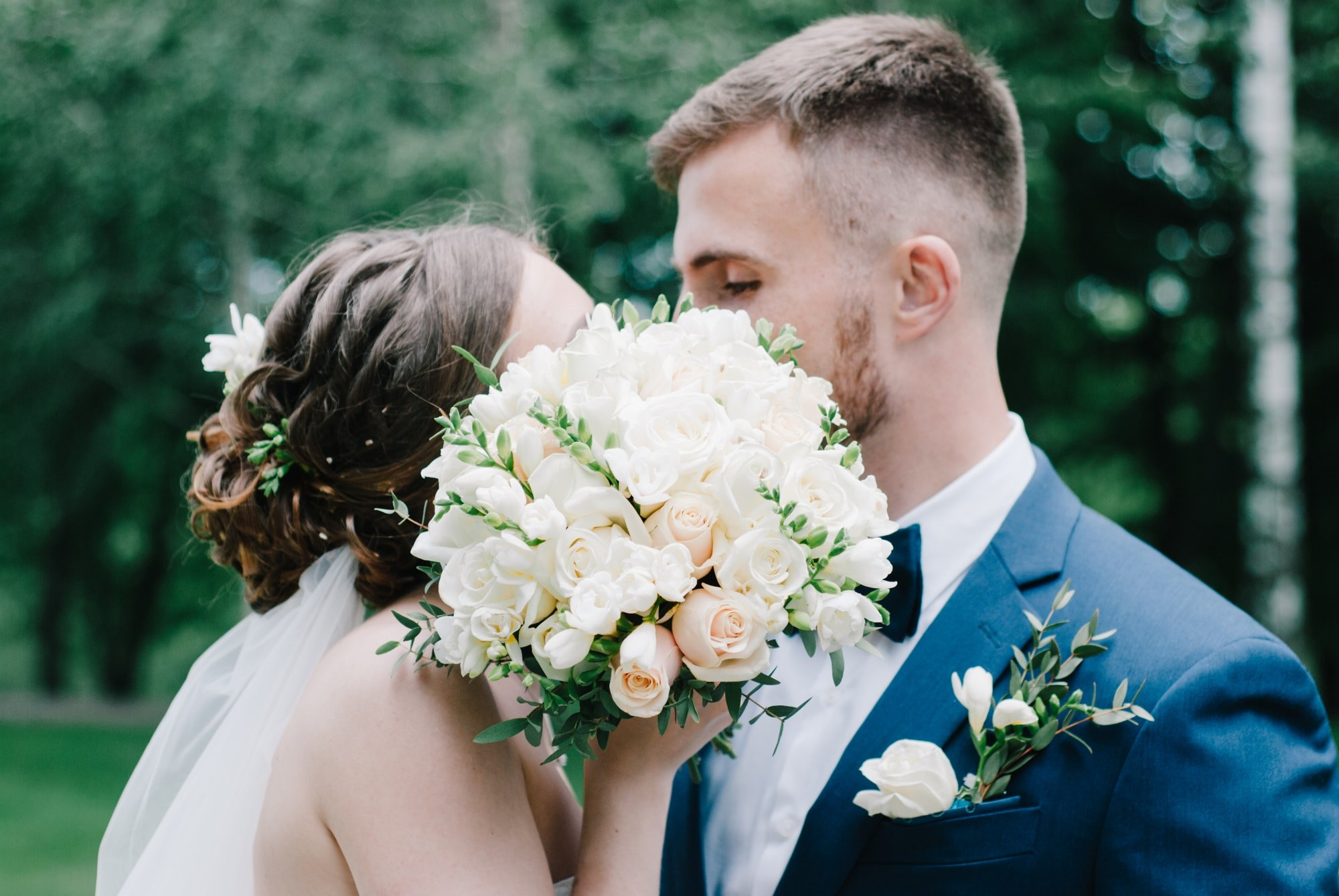 Влюбленные целуются прикрываясь букетом - Фотограф Киев - Женя Лайт