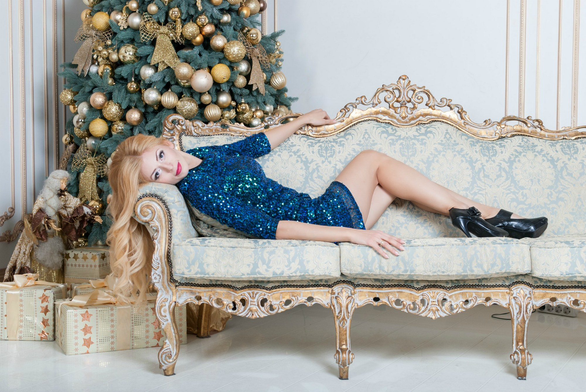Девушка на диване возле елки