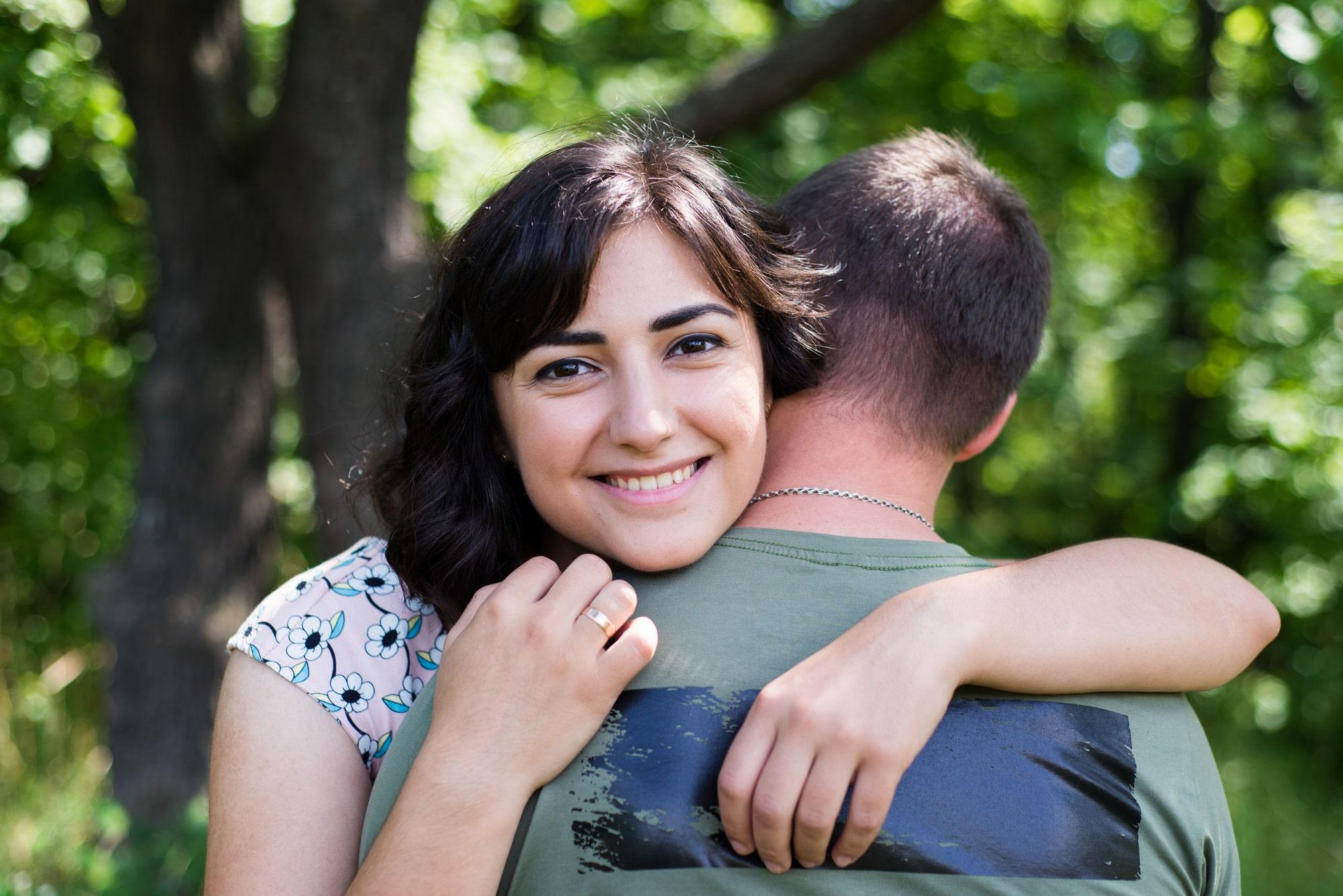Обьятия пары на фотосессии Love Story в Киеве - Фотограф Женя Лайт