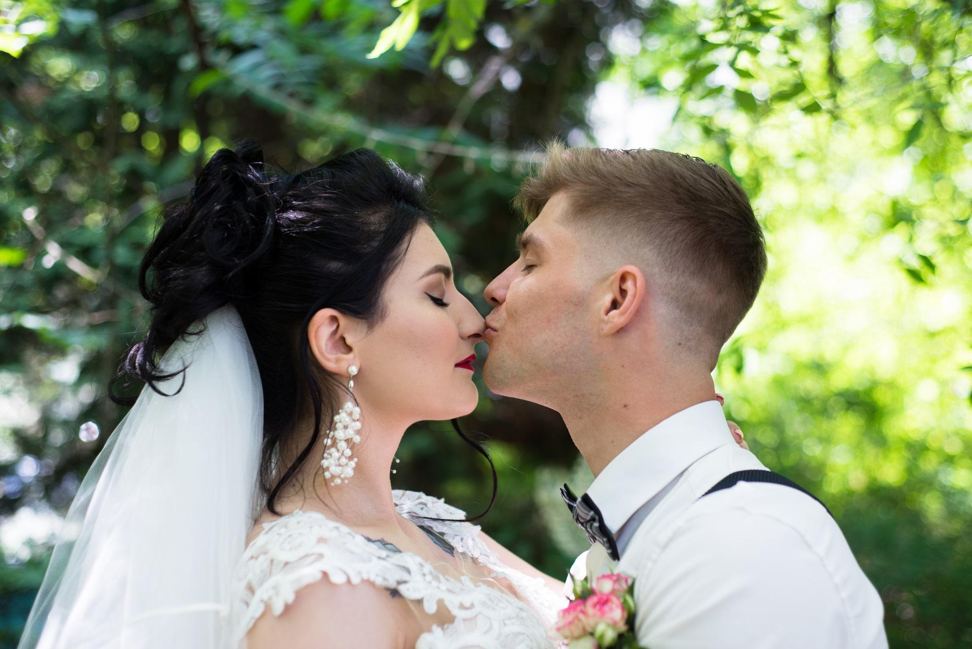 Свадебная фотосессия в студии Play - невеста и жених в поцелуе