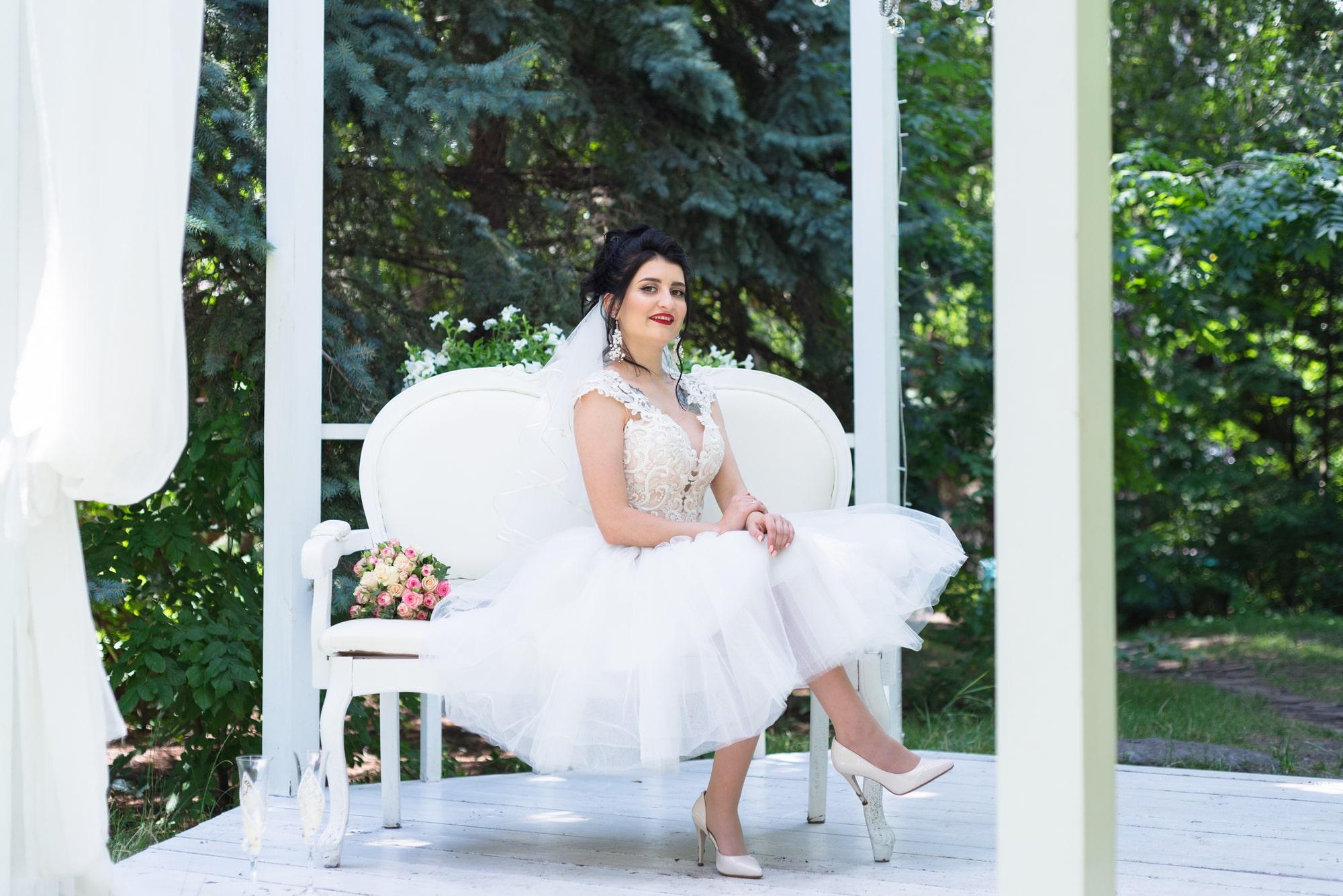 Свадебная фотосессия в студии Play - невеста сидит на диване
