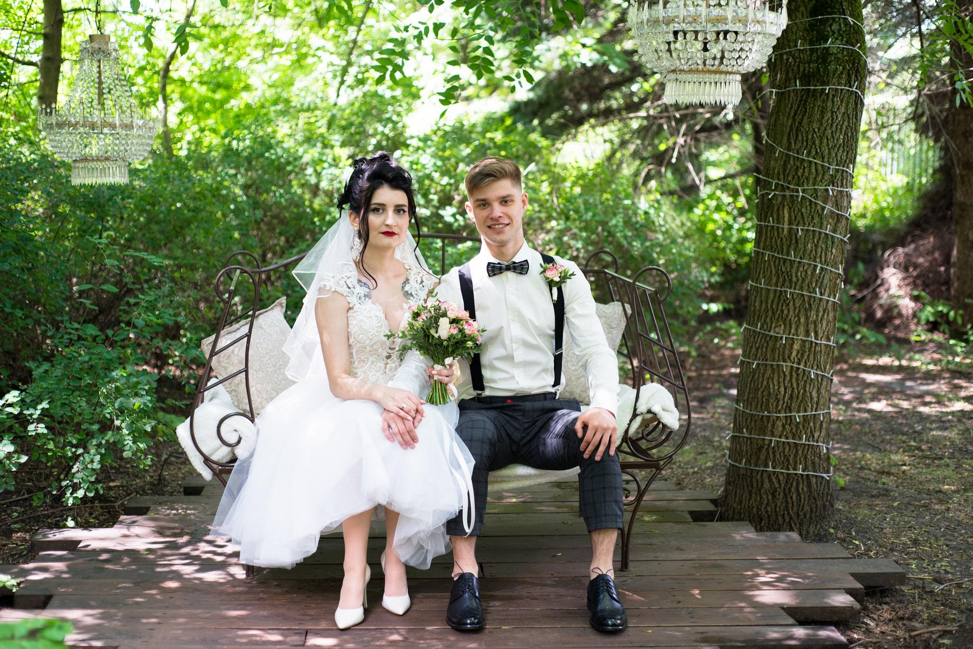 Свадебная фотосессия в студии Play - невеста и жених в тени деревьев