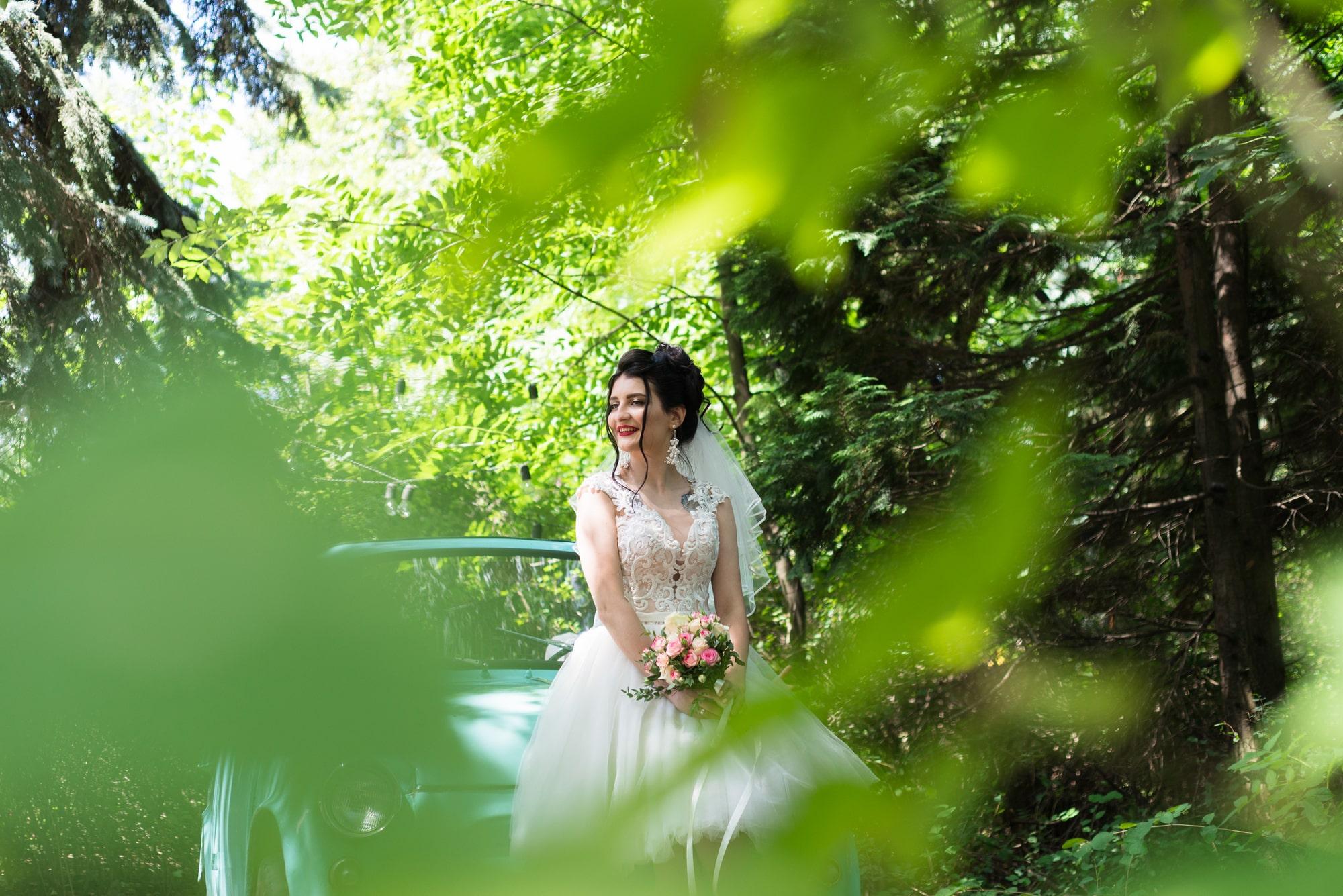 Свадебная фотосессия в студии Play - невеста в зелени кустов