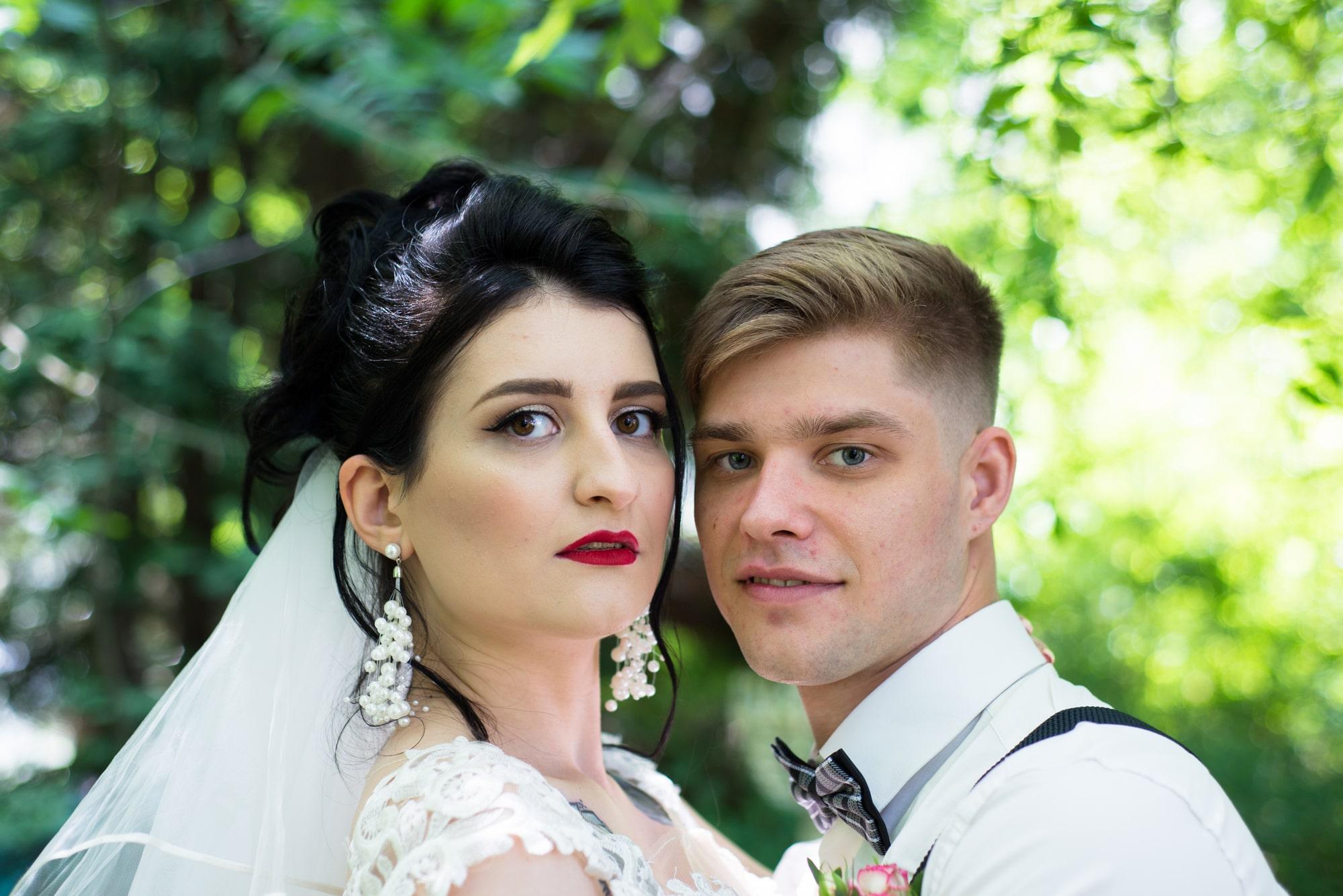 Свадебная фотосессия в студии Play - невеста и жених обнимаются под деревом