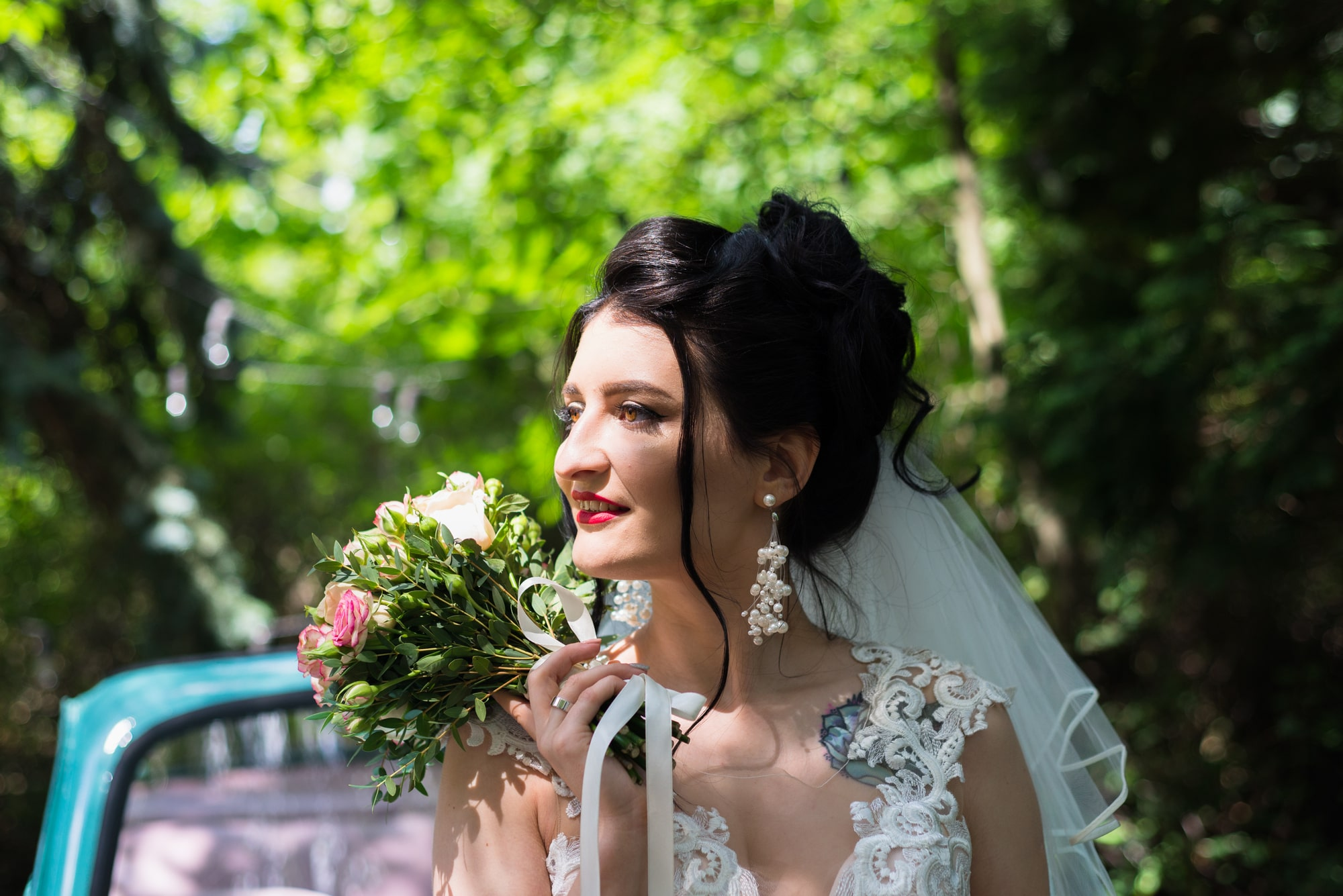 Свадебная фотосессия в студии Play - невеста смотрит вдаль