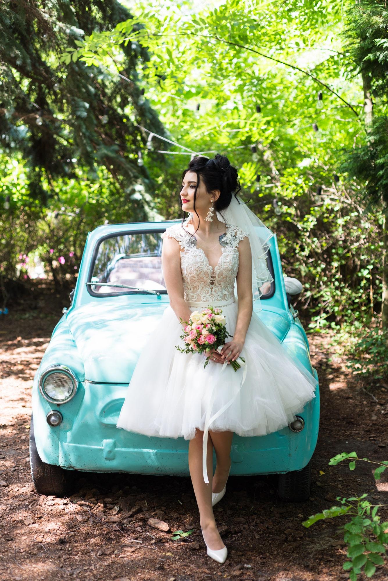 Свадебная фотосессия в студии Play - невеста на авто