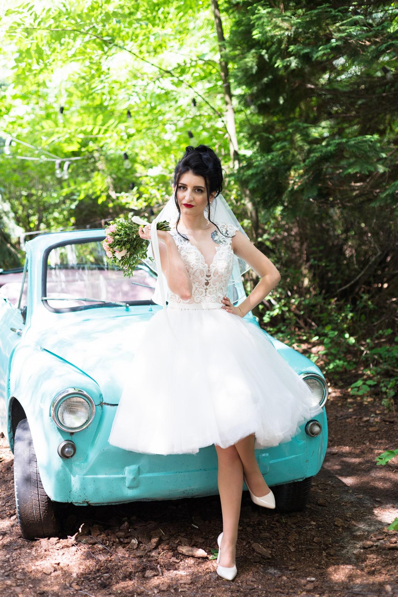 Свадебная фотосессия в студии Play - невеста возле автомобиля