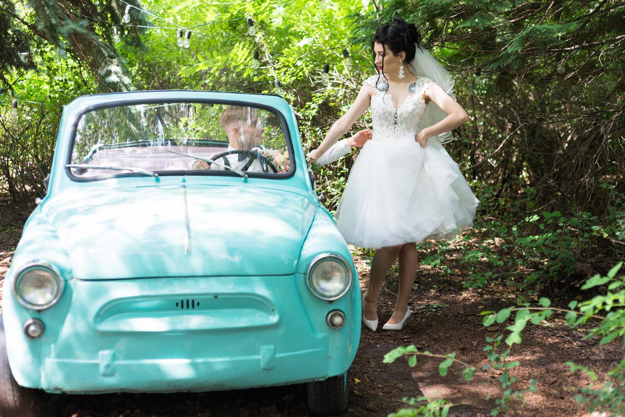 Свадебная фотосессия в студии Play - возле ретро машины