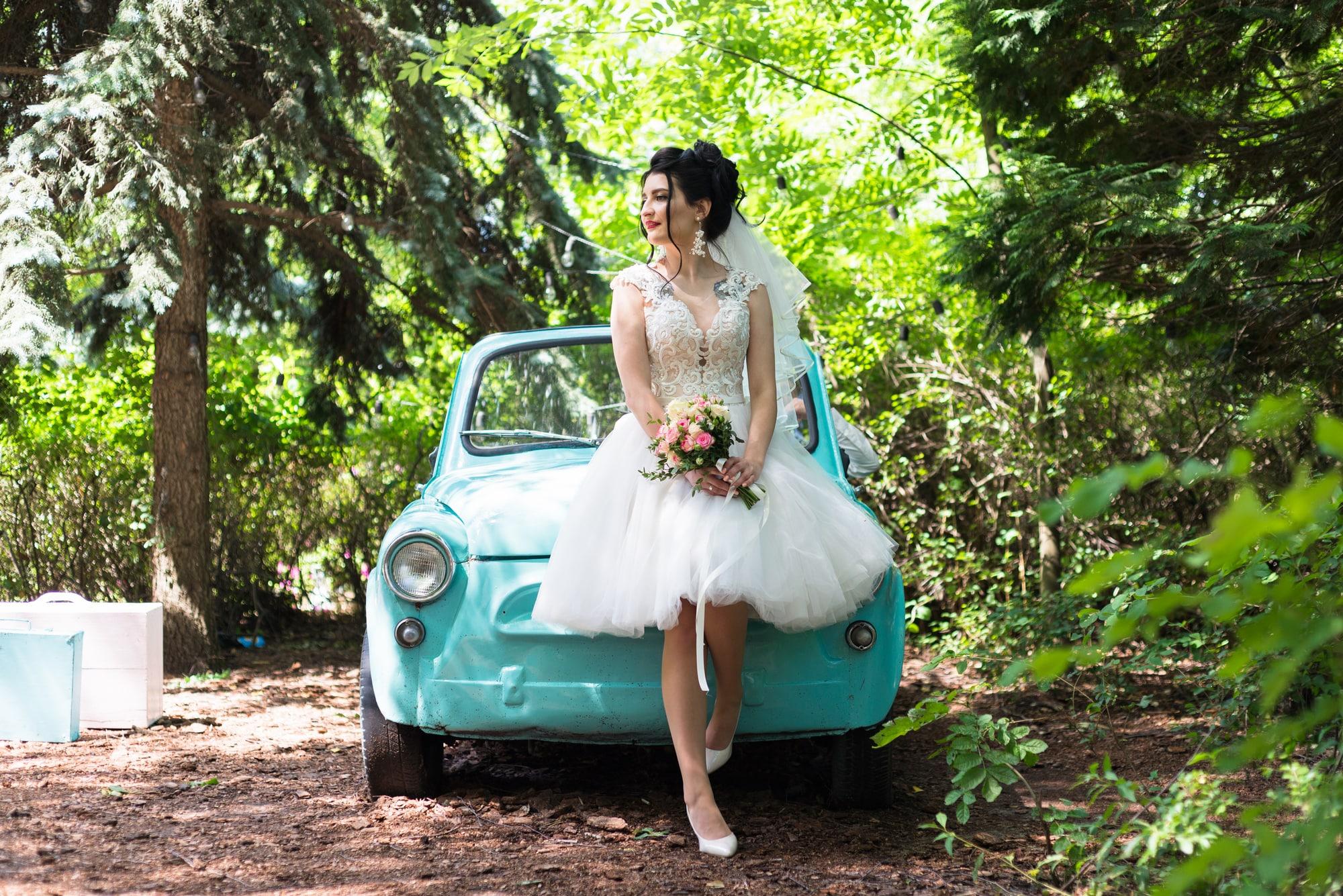 Свадебная фотосессия в студии Play - невеста и ретро авто
