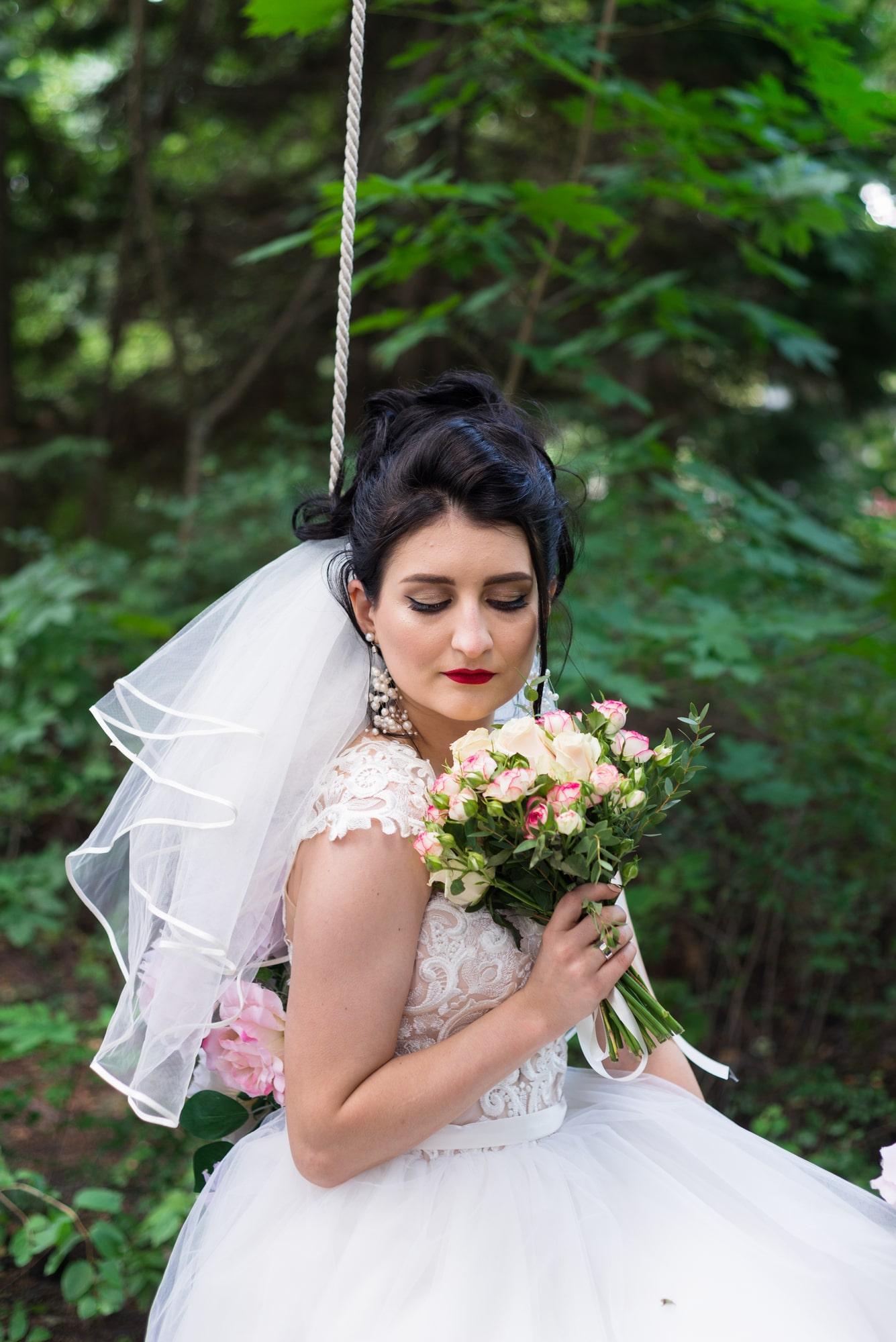 Свадебная фотосессия в студии Play - невеста и букет