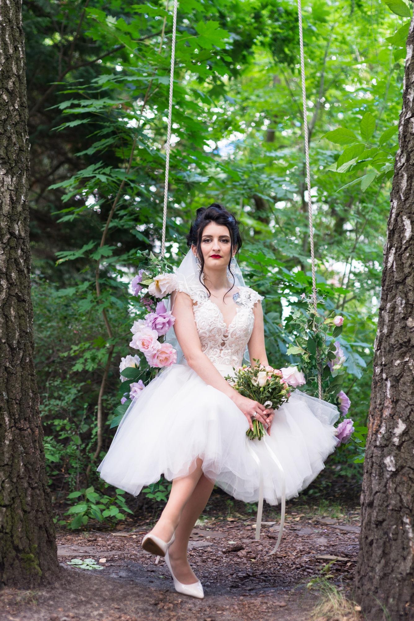 Свадебная фотосессия в студии Play - невеста на качели