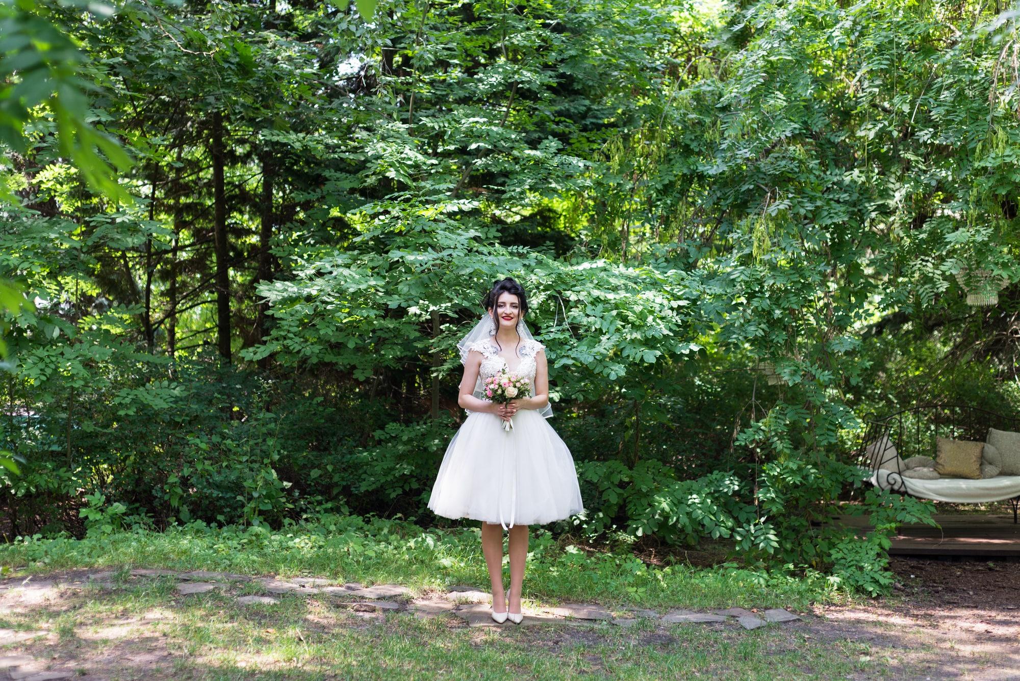 Свадебная фотосессия в студии Play - невеста с букетом позирует