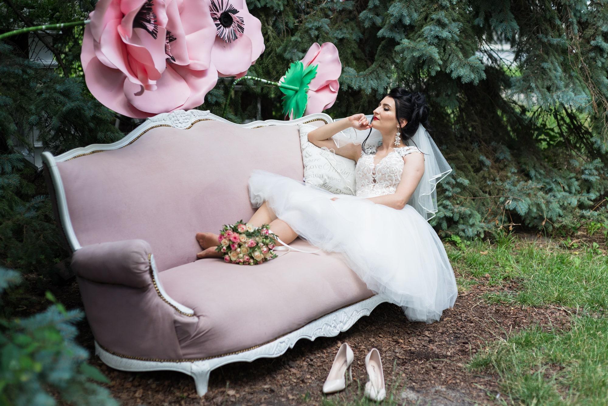Свадебная фотосъемка в студии Плей - невеста на диване