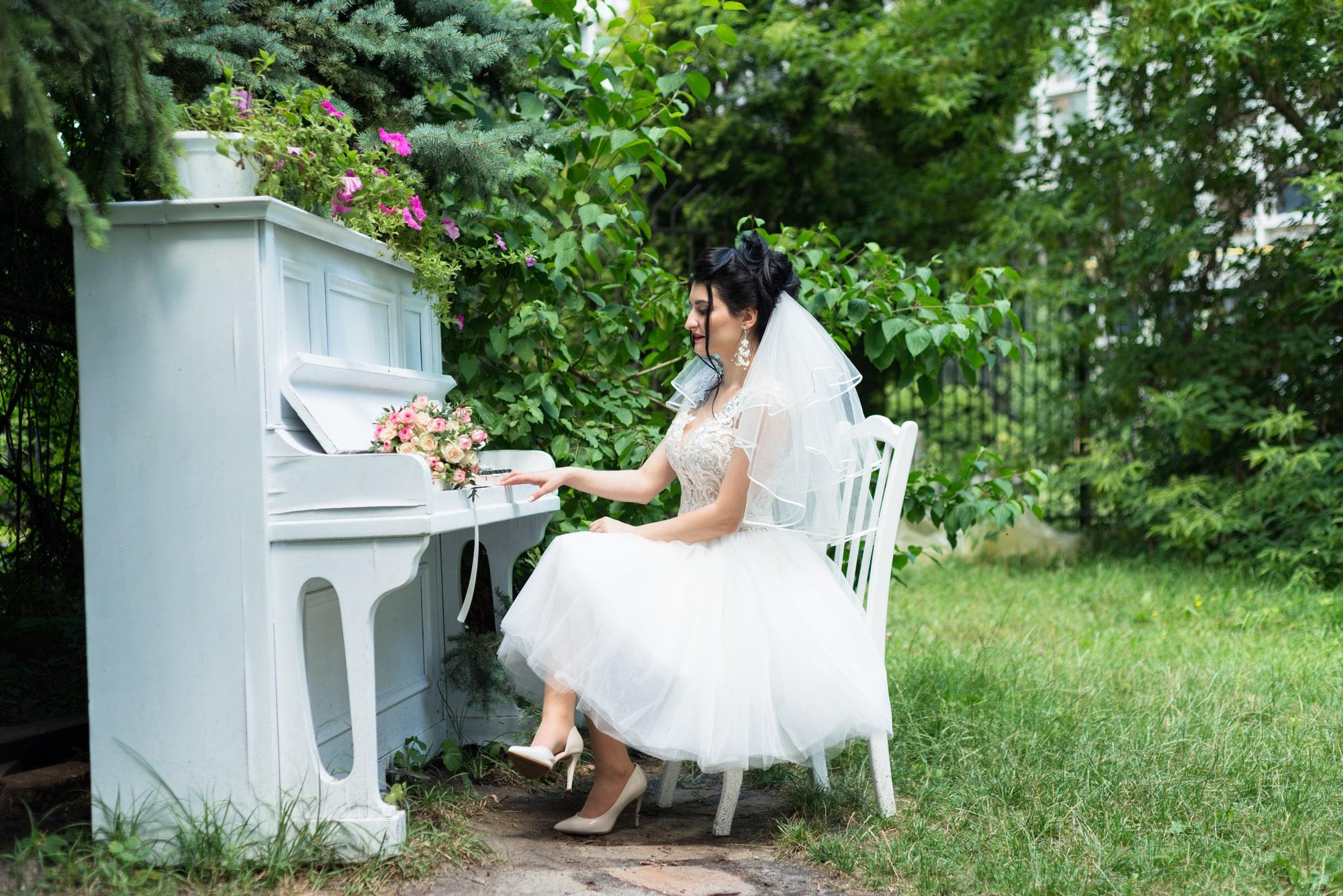 Свадебная фотосъемка в студии Плей - невеста играет на пианино