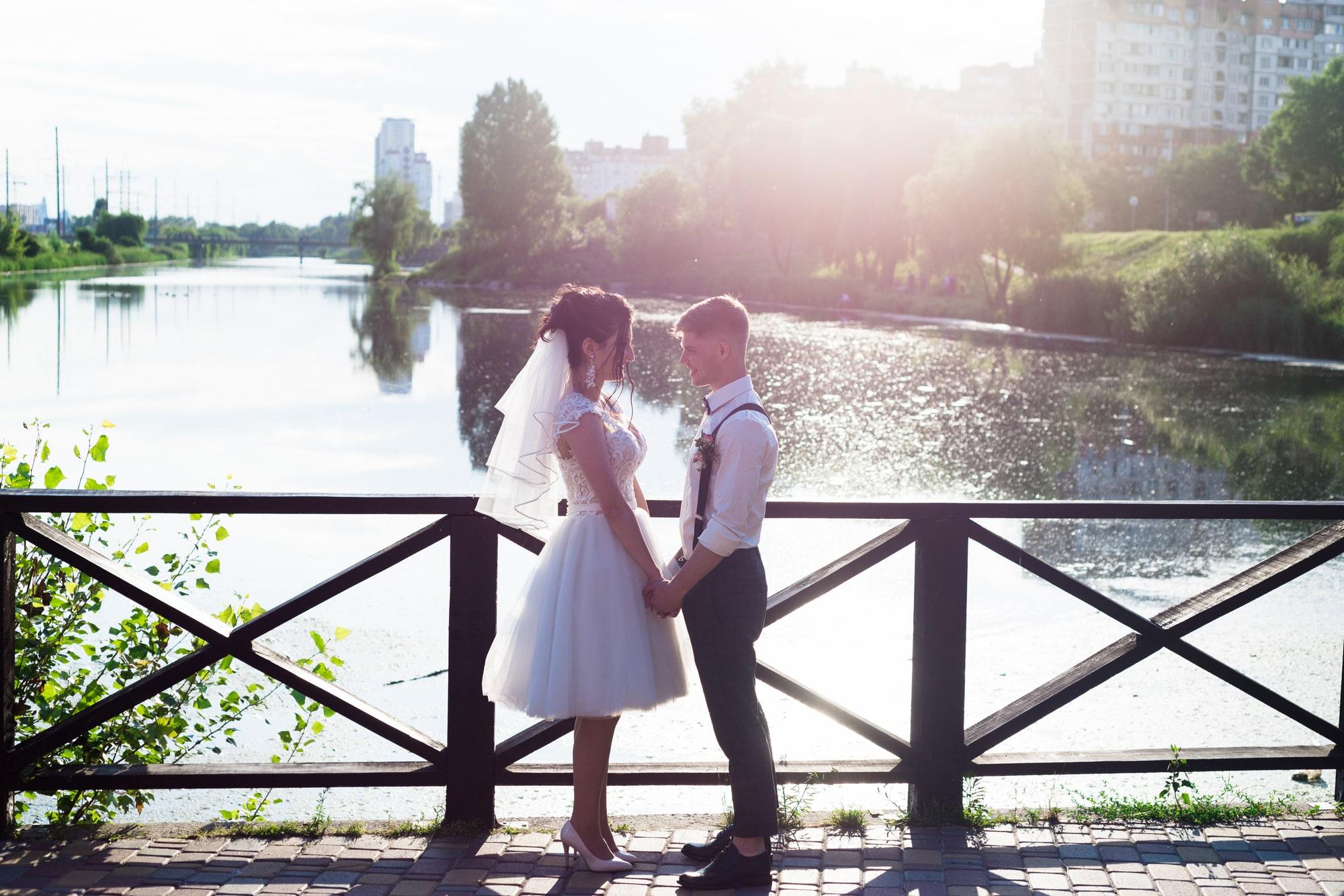 Свадебная фотосессия возле озера