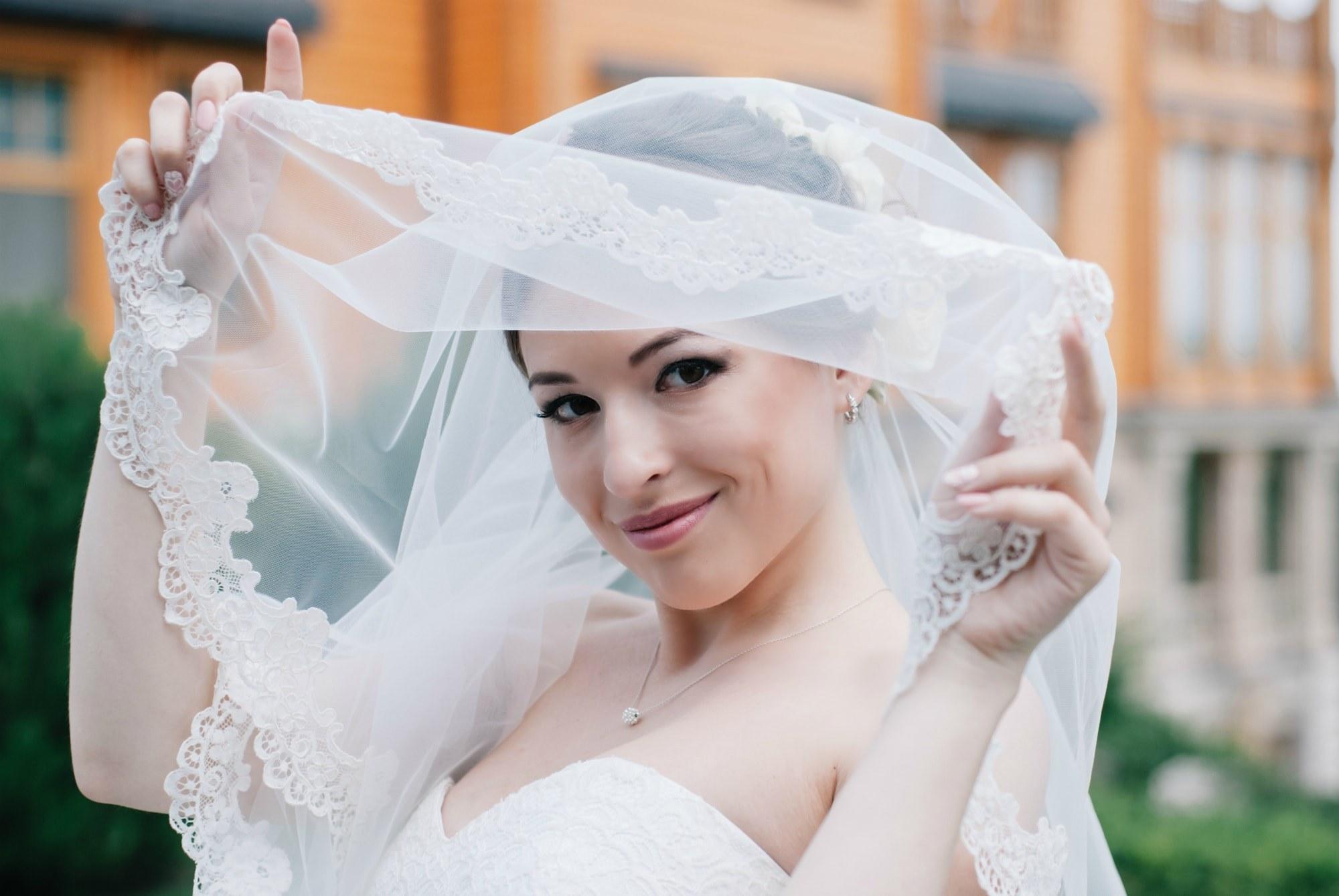 Невеста выглядывает из под фаты - Фотограф Киев - Женя Лайт