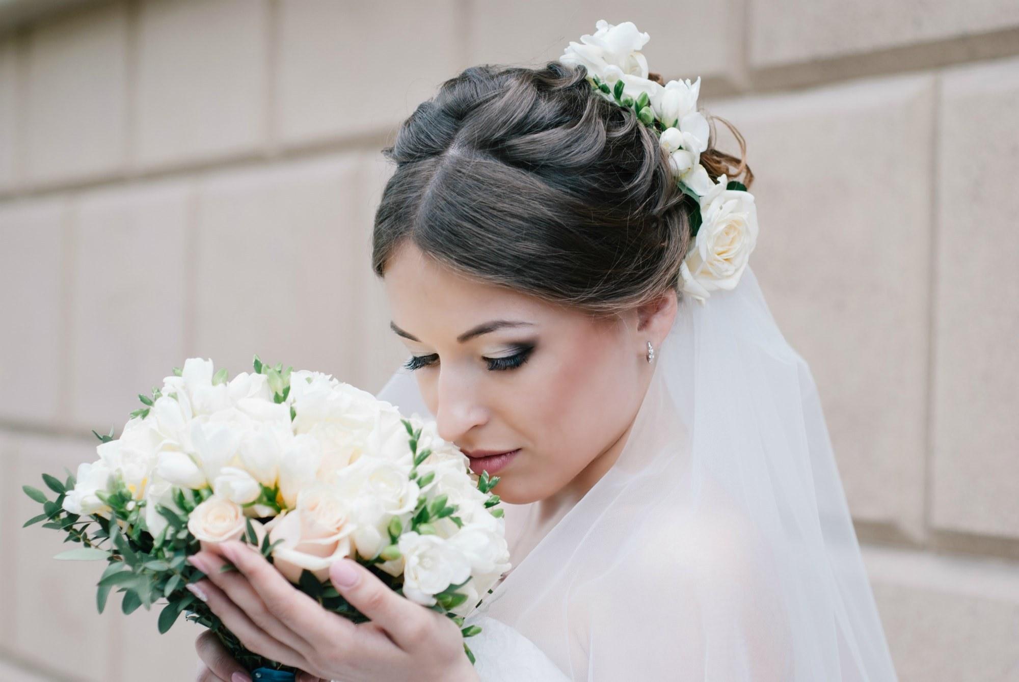 Невеста нюхает свой букет - Фотограф Киев - Женя Лайт