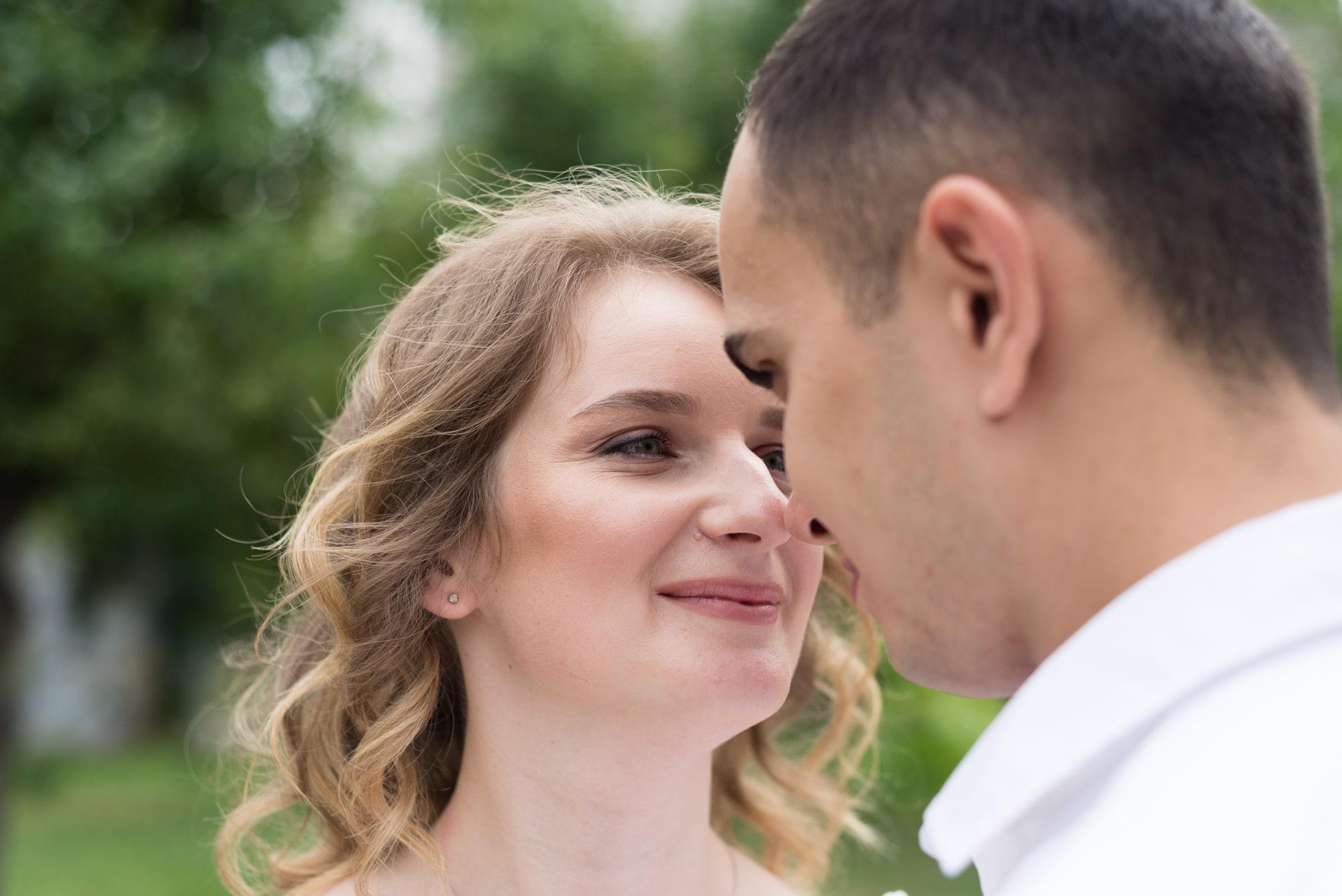 Фотосессия свадебная возле Днепра - невеста смотрит на жениха