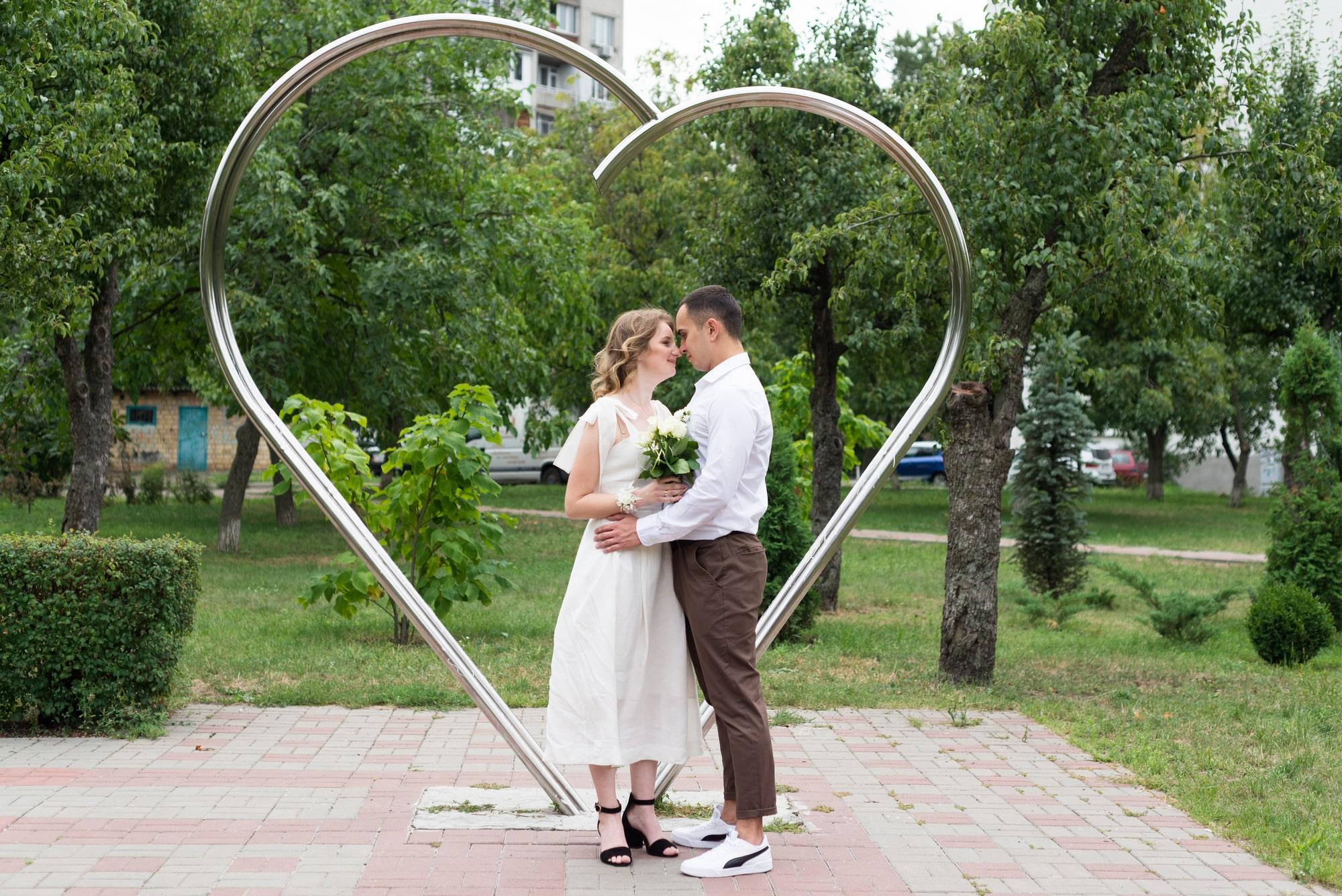 Фотосессия свадебная возле Днепра - молодожены возле сердца