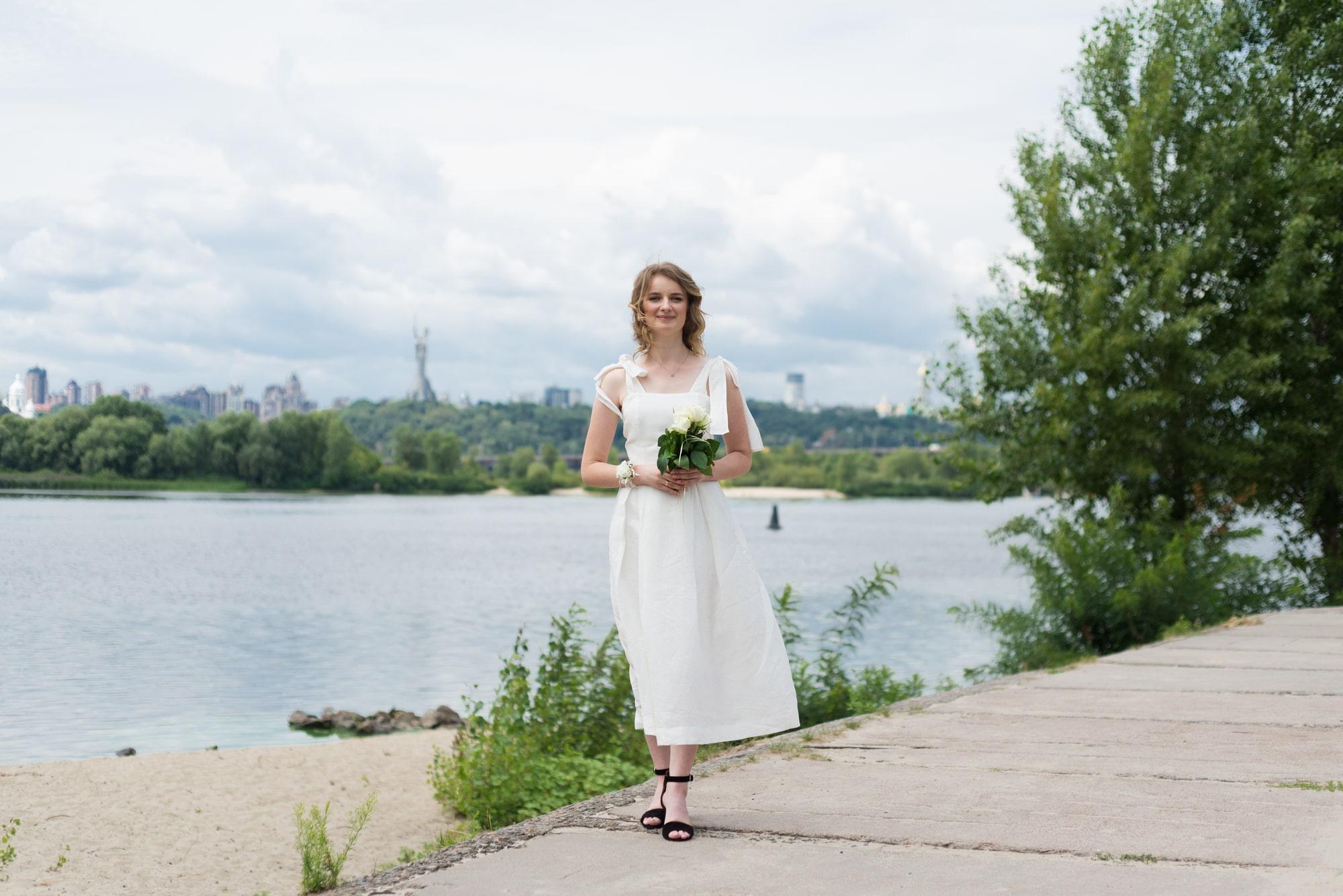 Фотосессия свадебная возле Днепра - невеста с букетом у реки