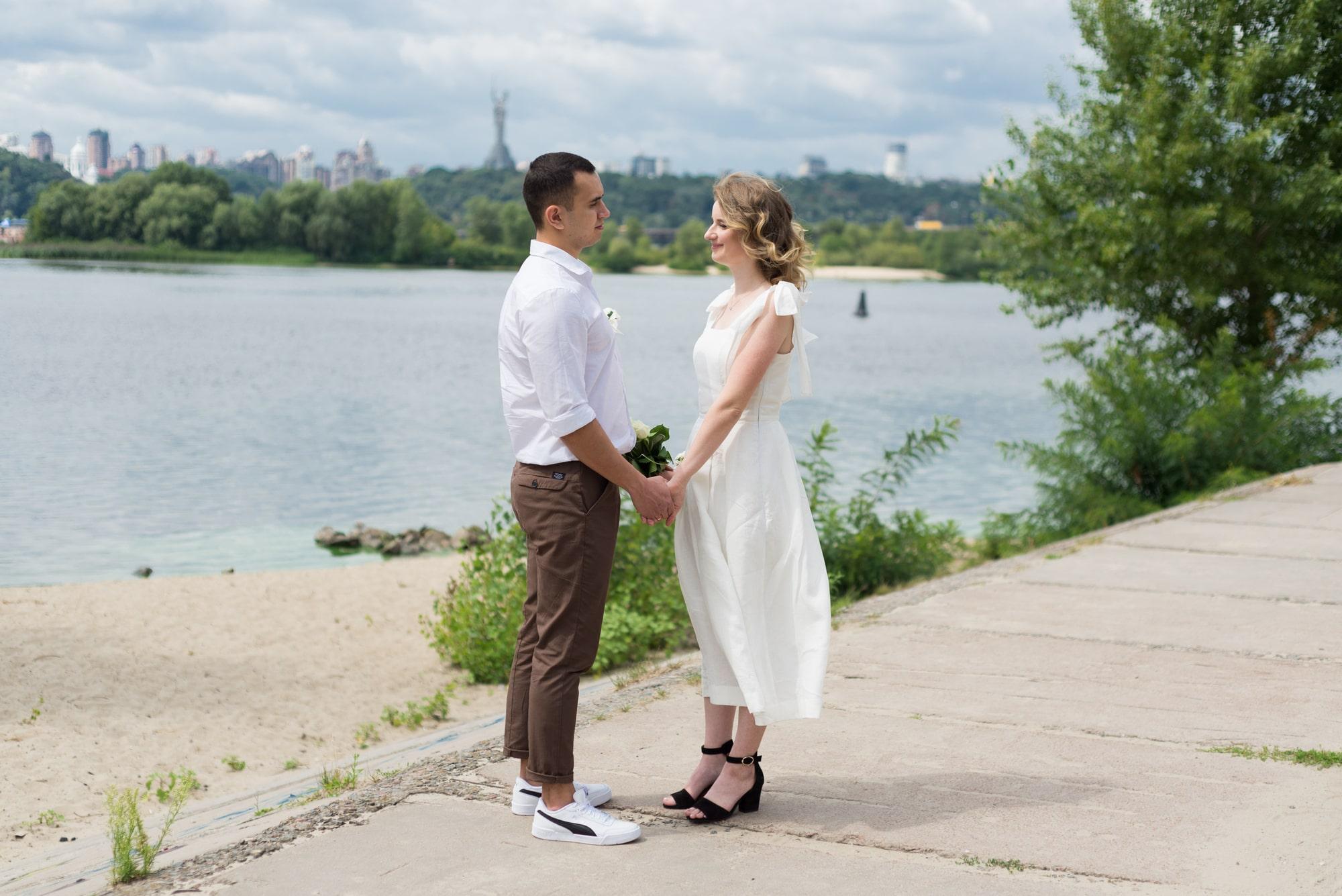 Фотосессия свадебная возле Днепра - невеста и жених держатся за руки