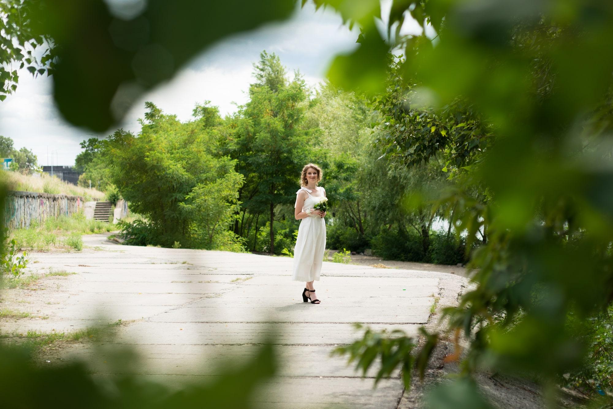 Фотосессия свадебная возле Днепра - невеста в зелени деревьев