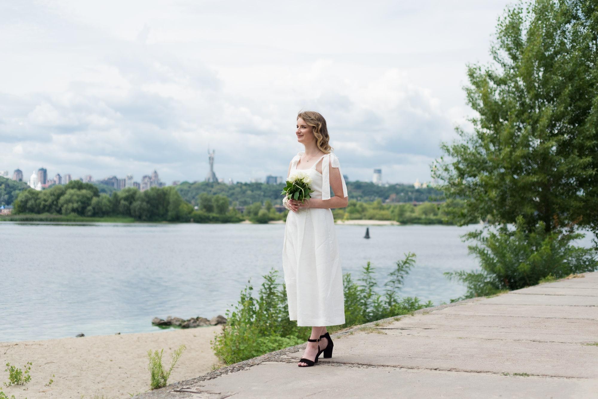 Фотосессия свадебная возле Днепра - невеста смотрит вдаль