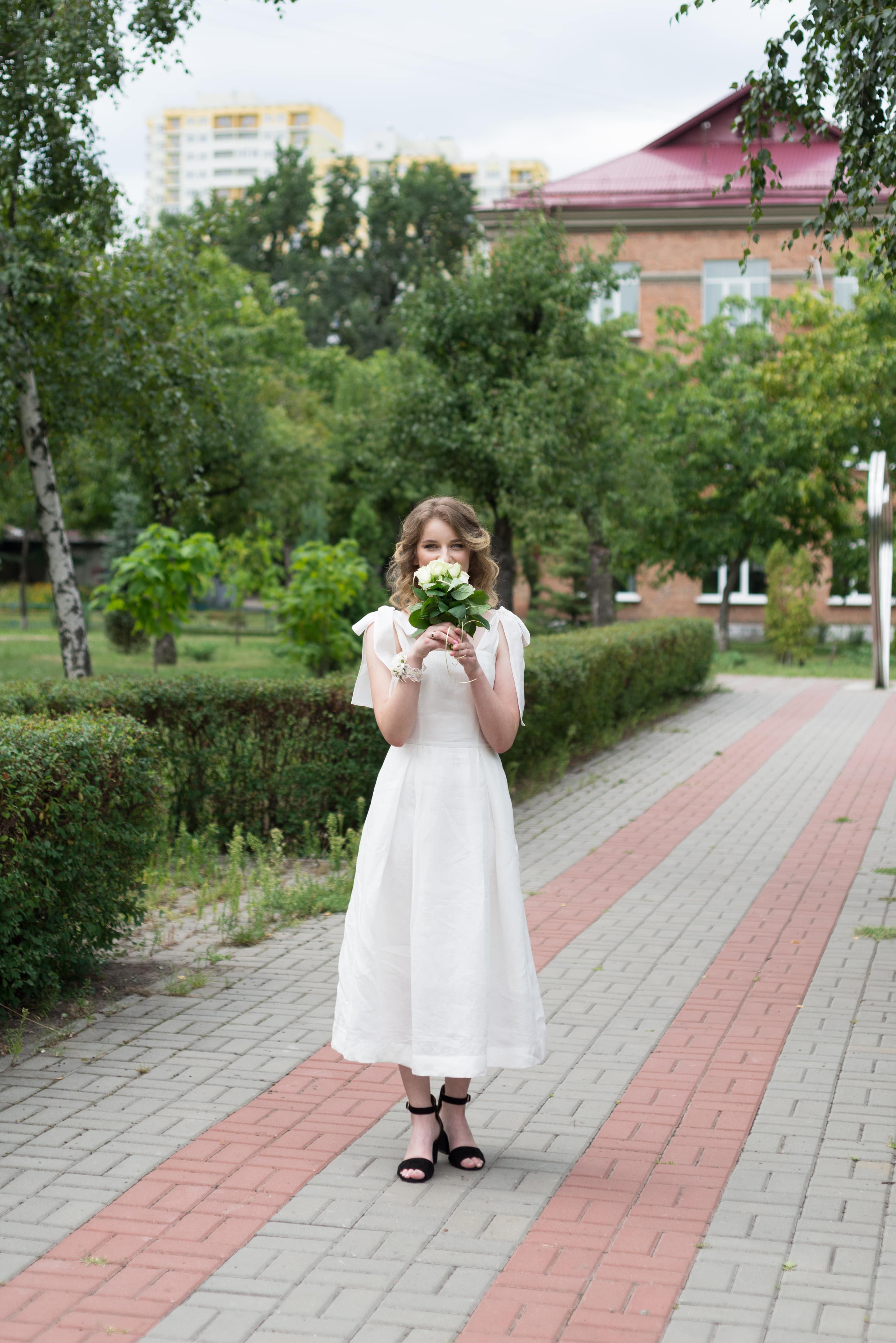Фотосессия свадебная возле Днепра - невеста нюхает букет