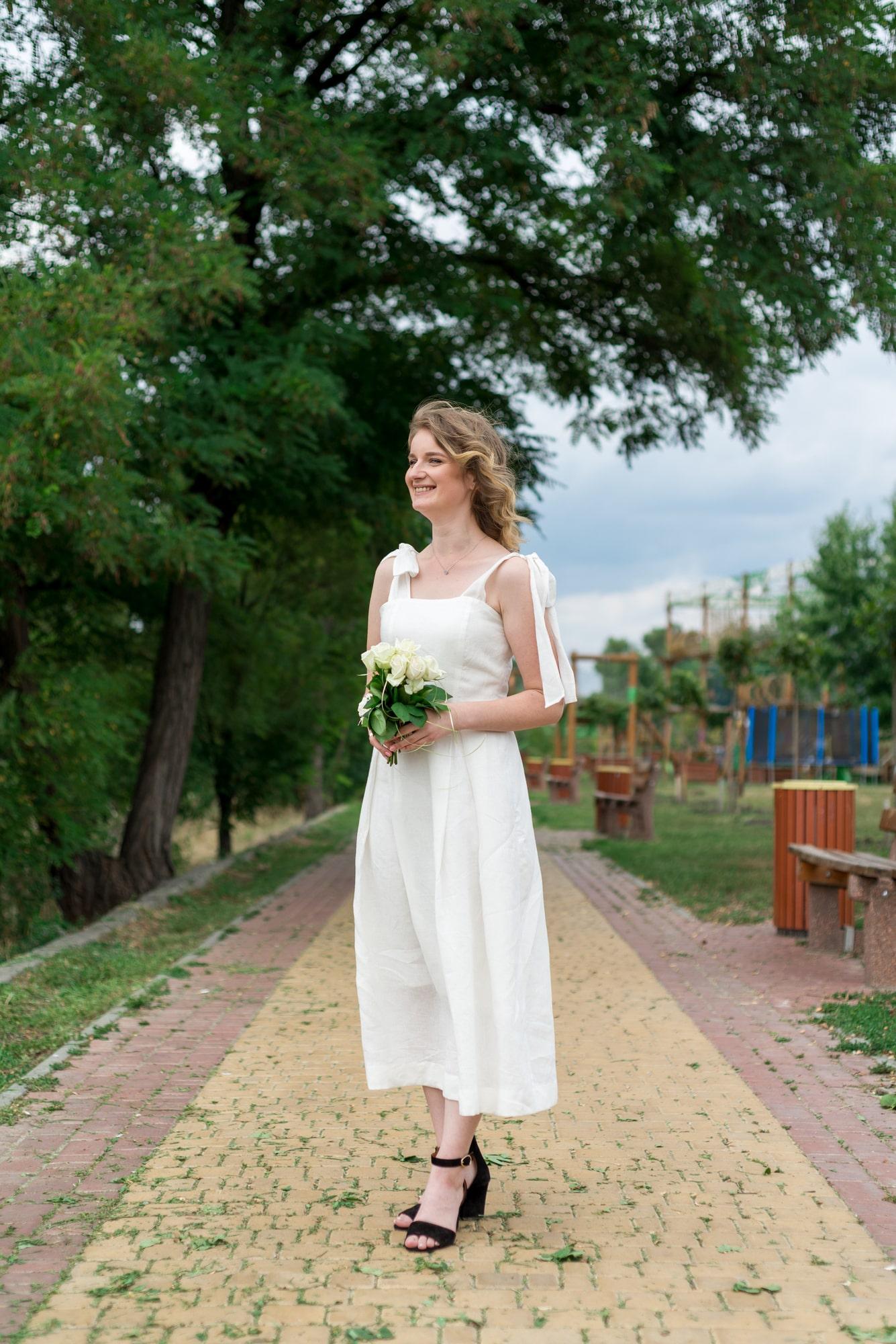Фотосессия свадебная возле Днепра - девушка с цветами