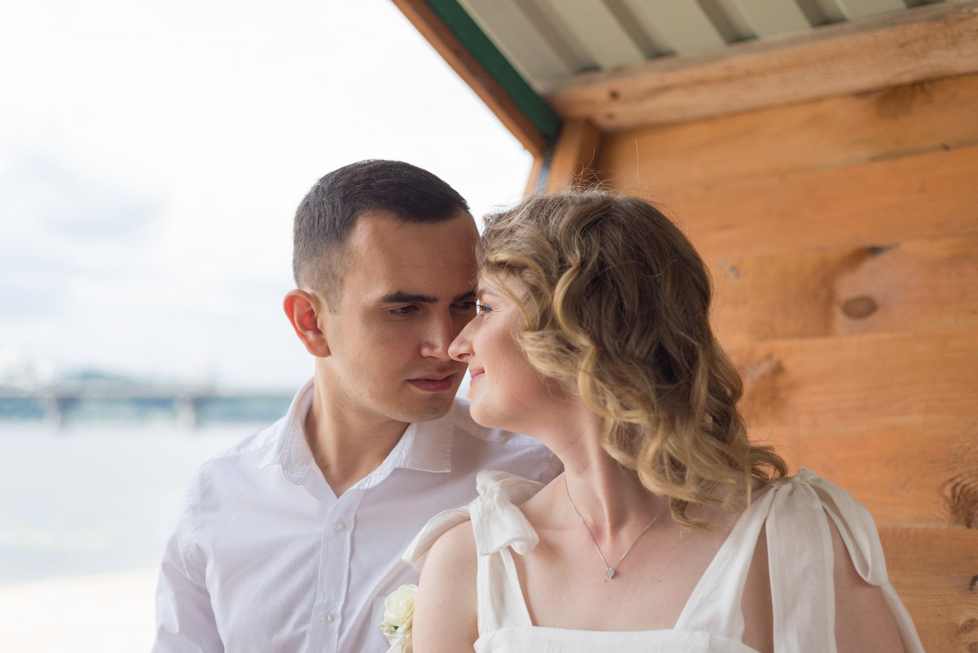 Фотосессия свадебная возле Днепра - невеста и жених в беседке