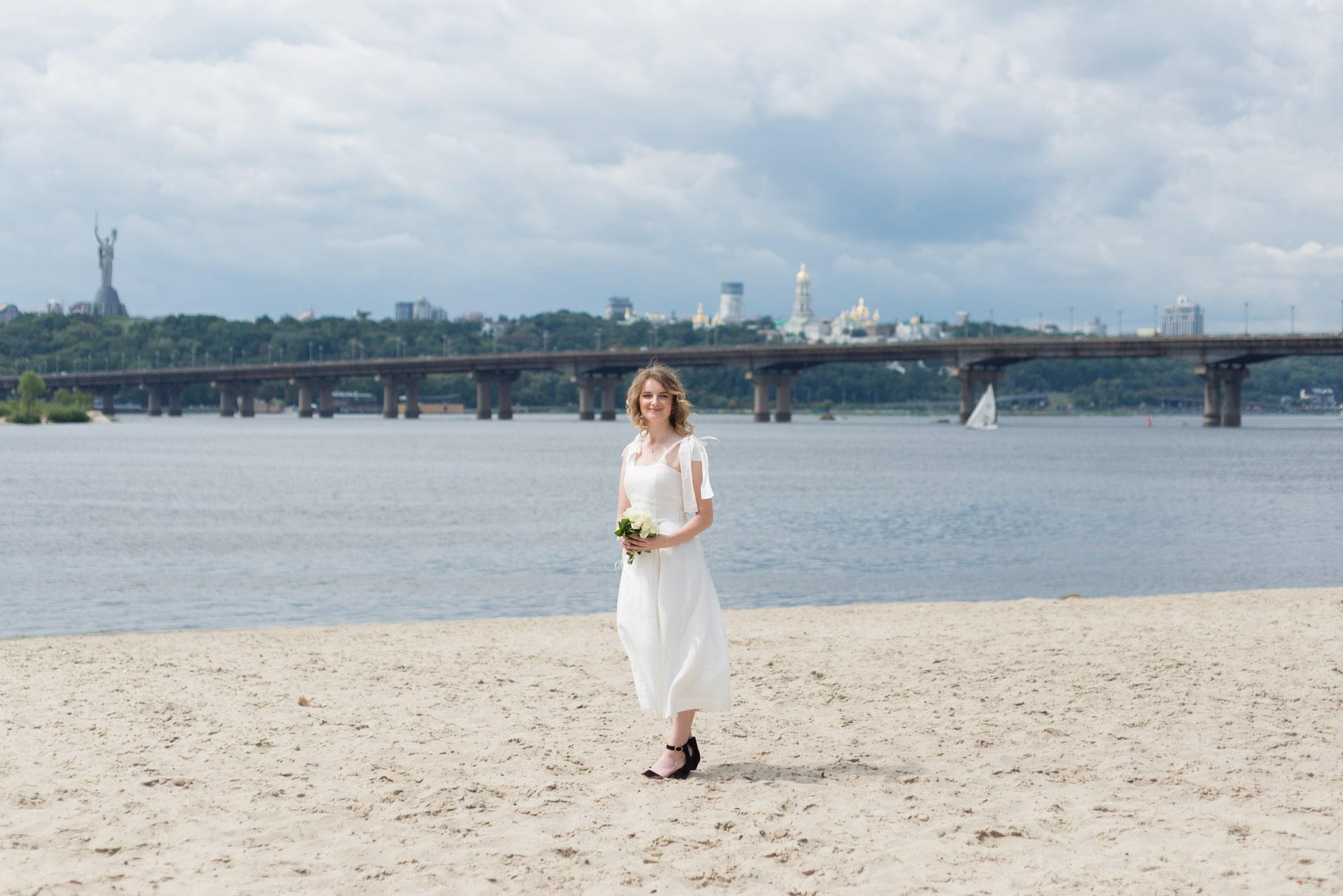 Фотосессия свадебная возле Днепра - невеста позирует на пляже