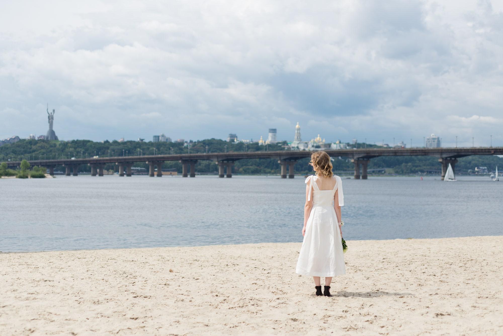 Фотосессия свадебная возле Днепра - невеста на пляже