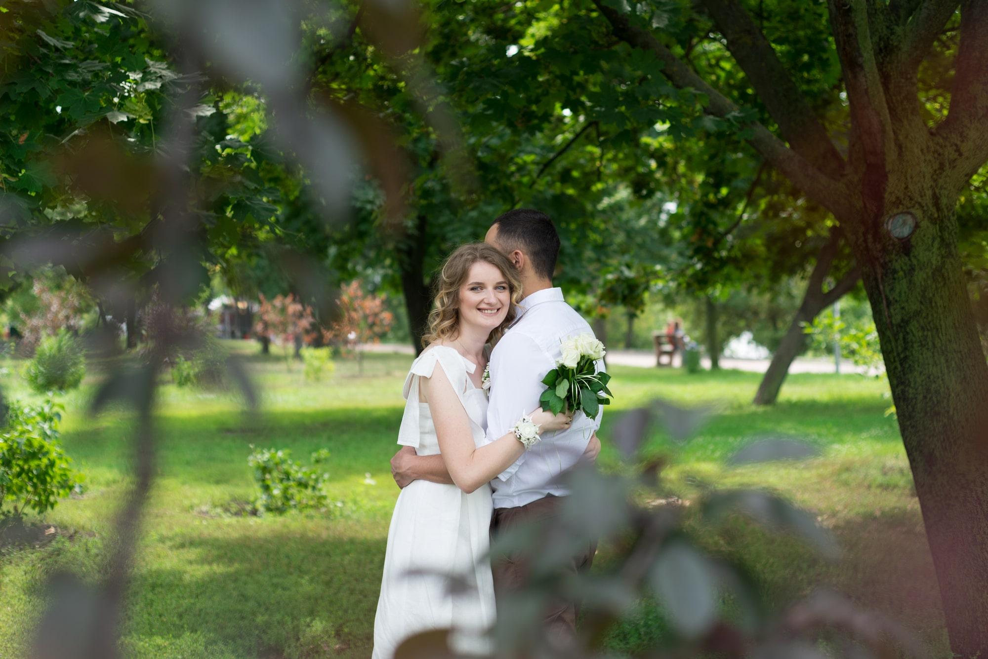 Фотосессия свадебная возле Днепра - обьятия в зеленых кустах