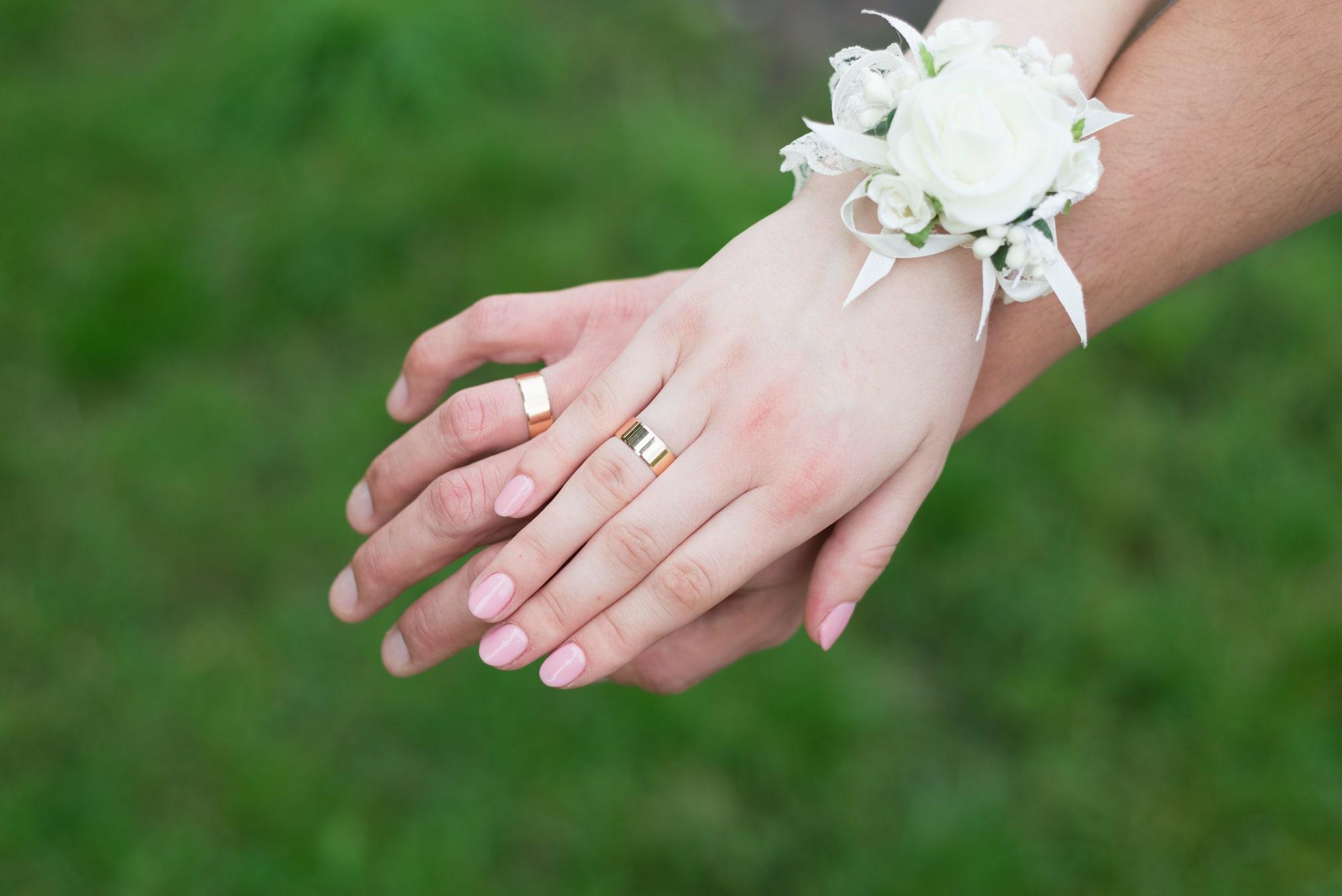 Фотосессия свадебная возле Днепра - руки с обручальными кольцами