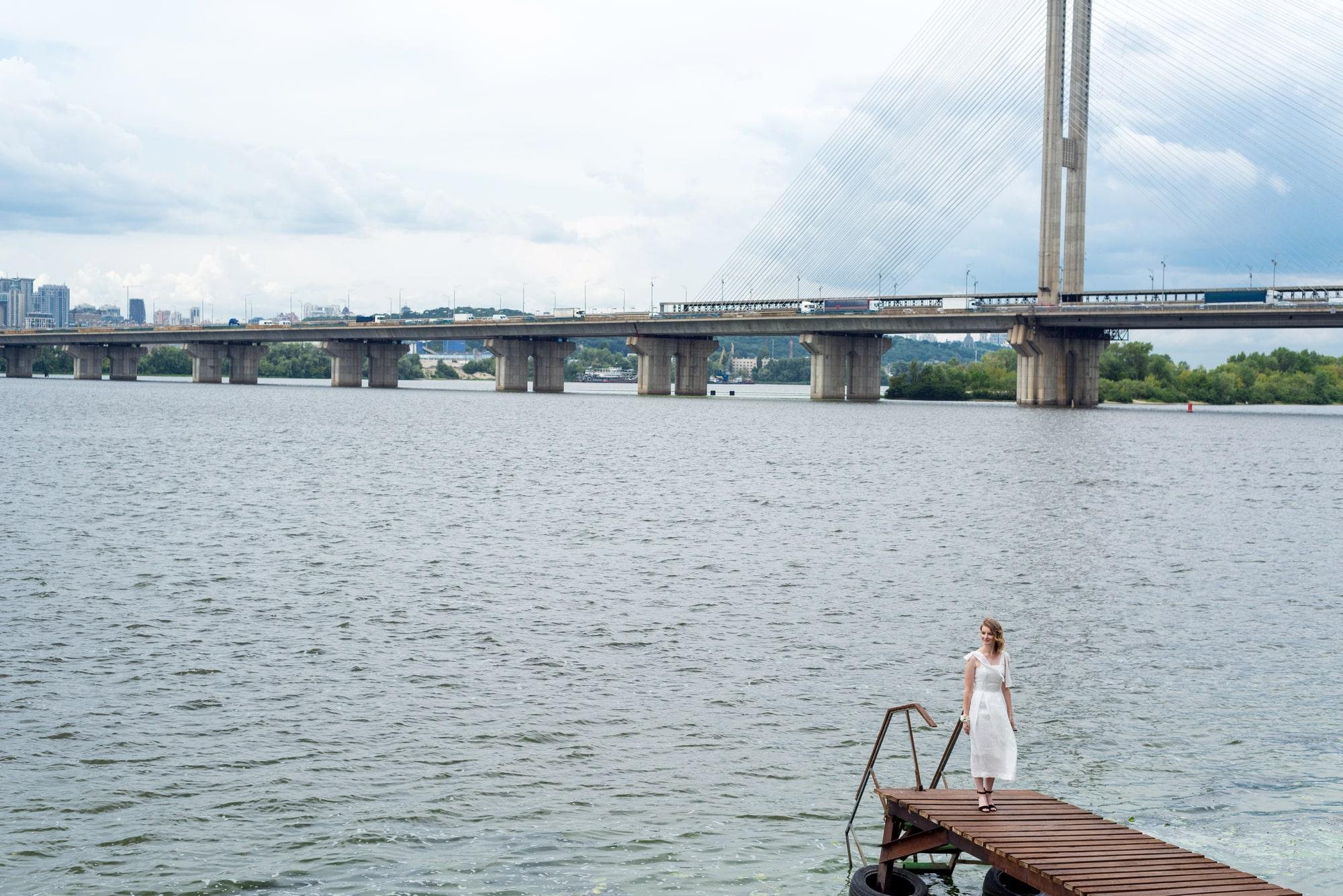 Фотосессия свадебная возле Днепра - невеста на пирсе