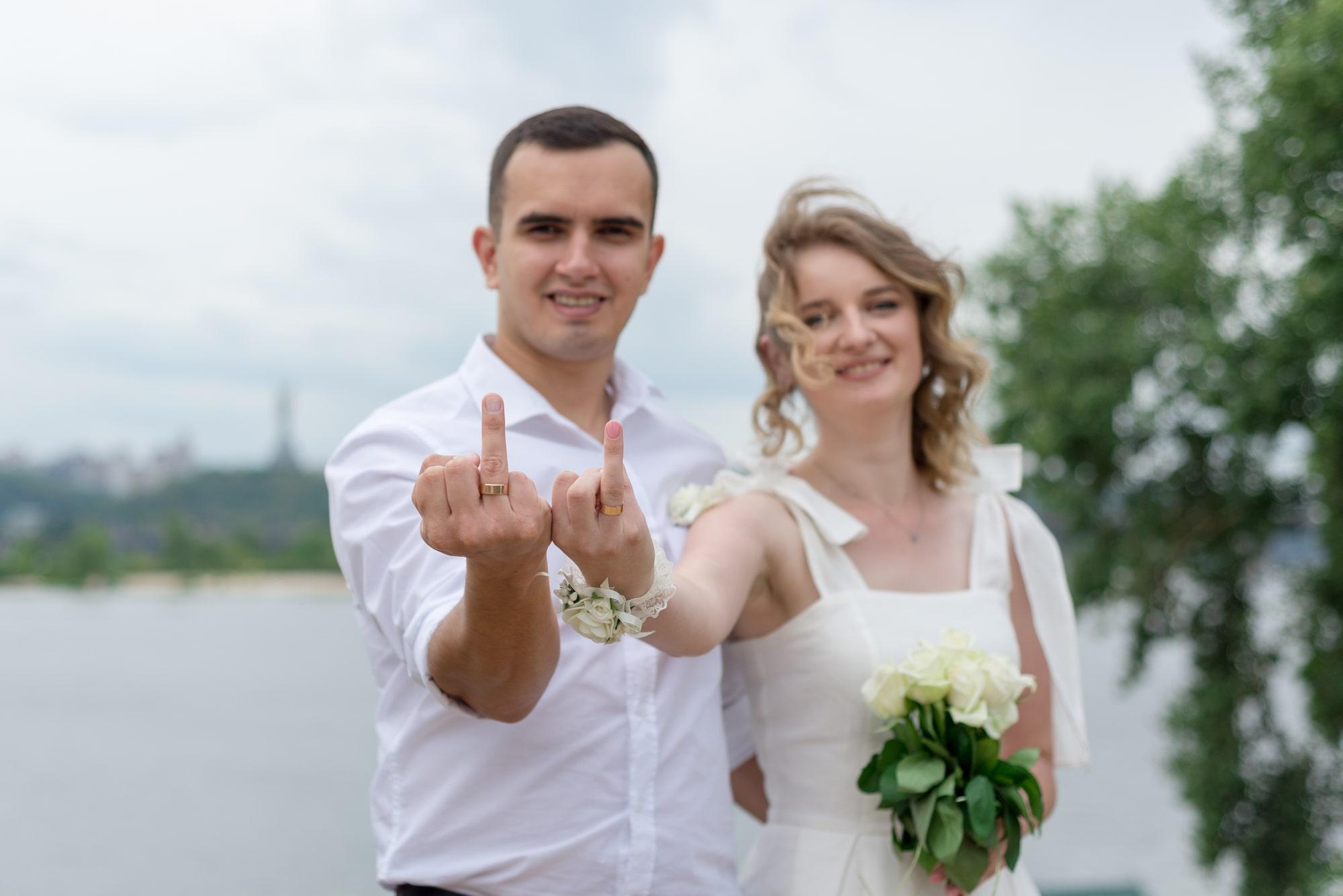 Фотосессия свадебная возле Днепра - молодые показывают кольца