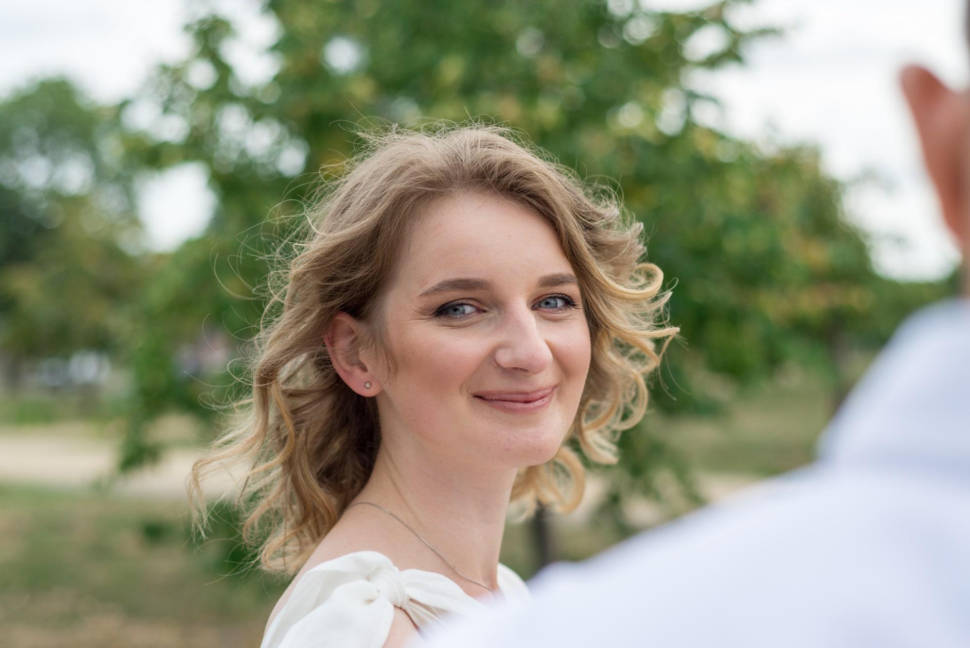 Фотосессия свадебная возле Днепра - невеста светится от счастья
