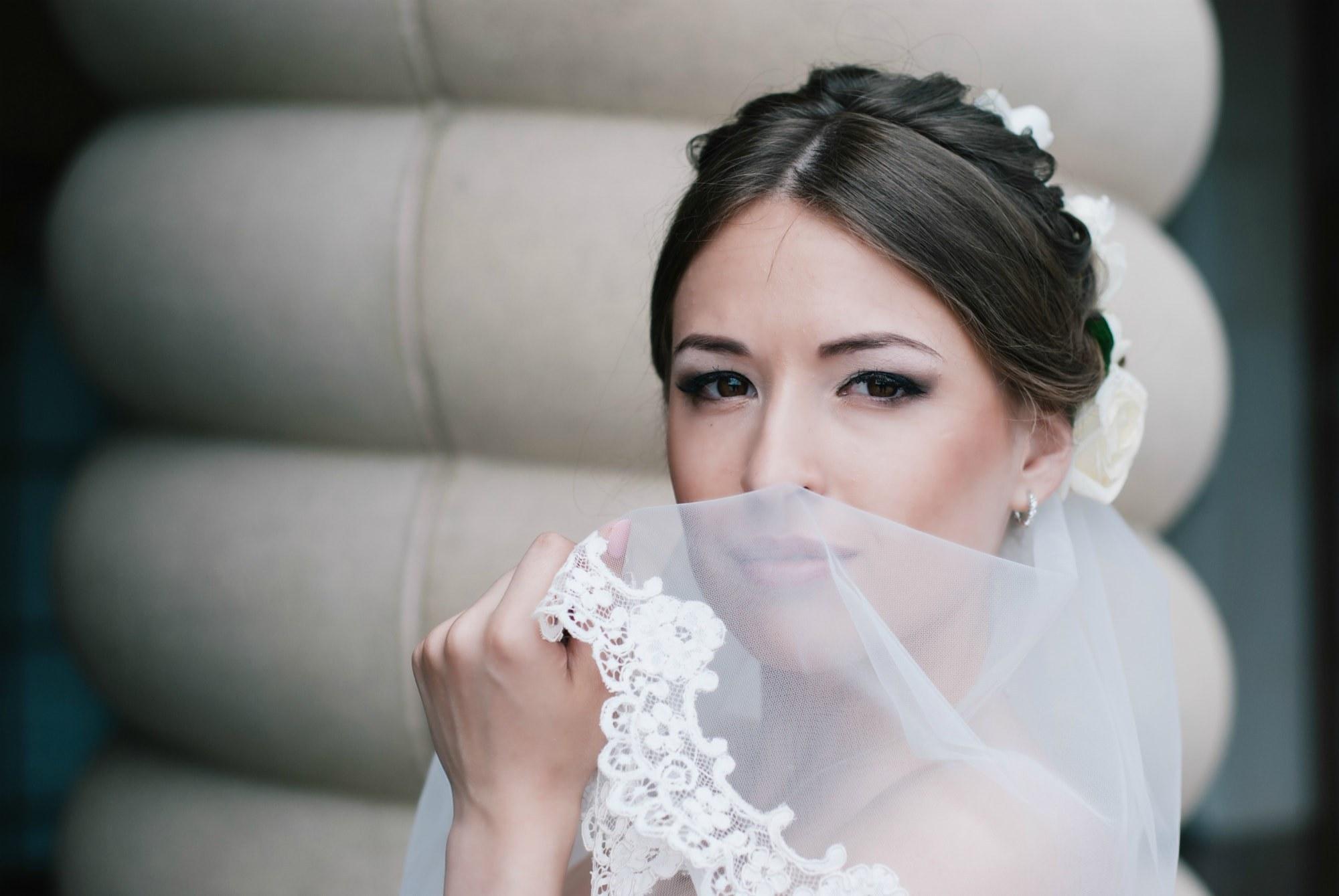 Невеста позирует с фатой - Фотограф Киев - Женя Лайт