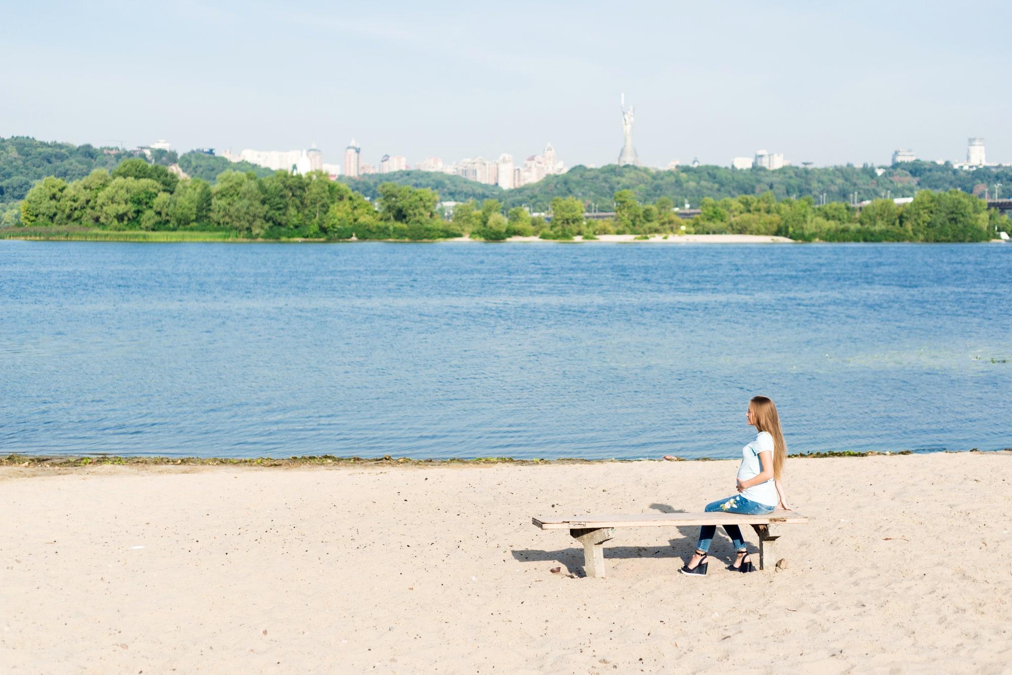 Фотосессия беременности в Киеве - девушка у реки-