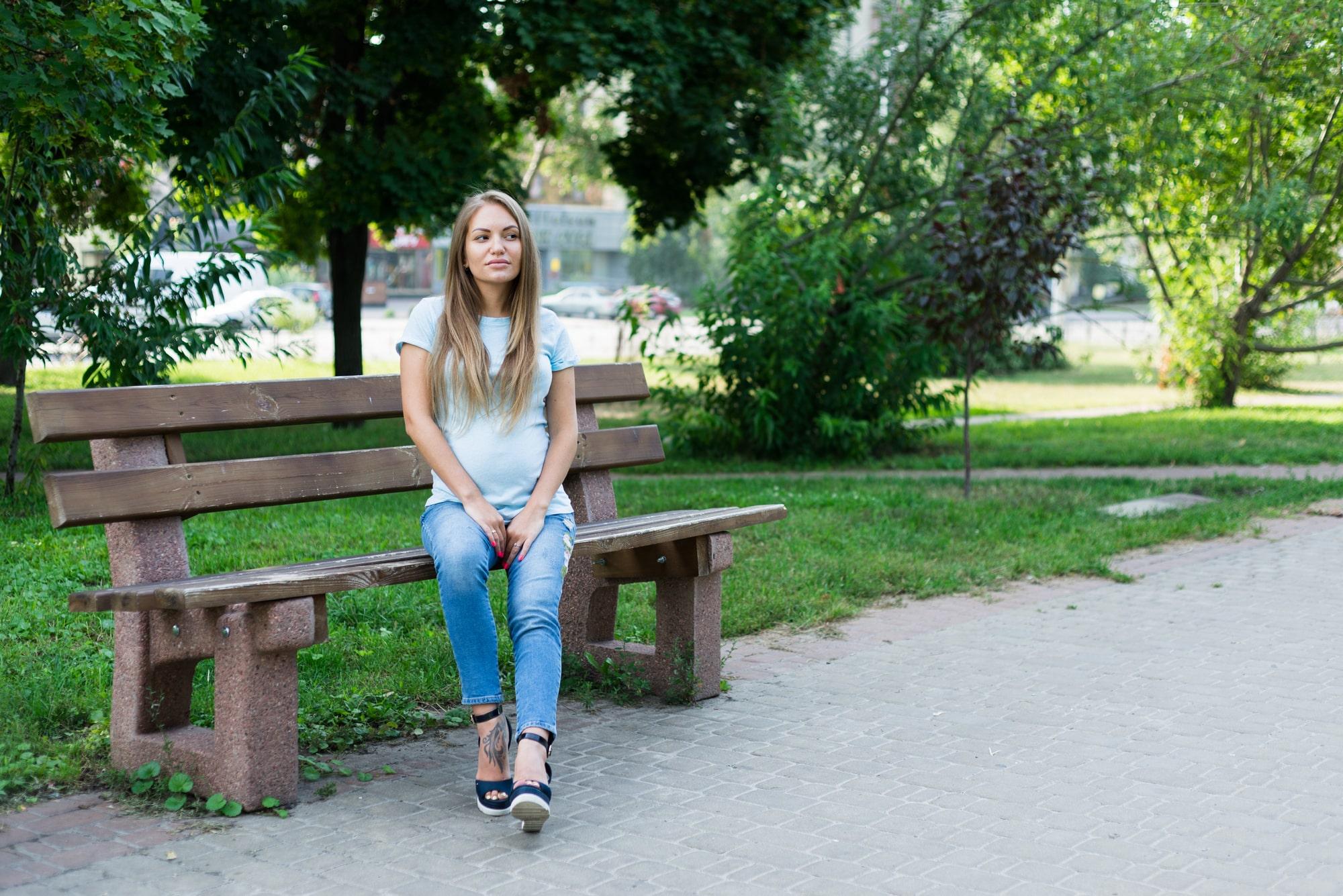 Фотосессия для беременных в Киеве - девушка на скамье в парке